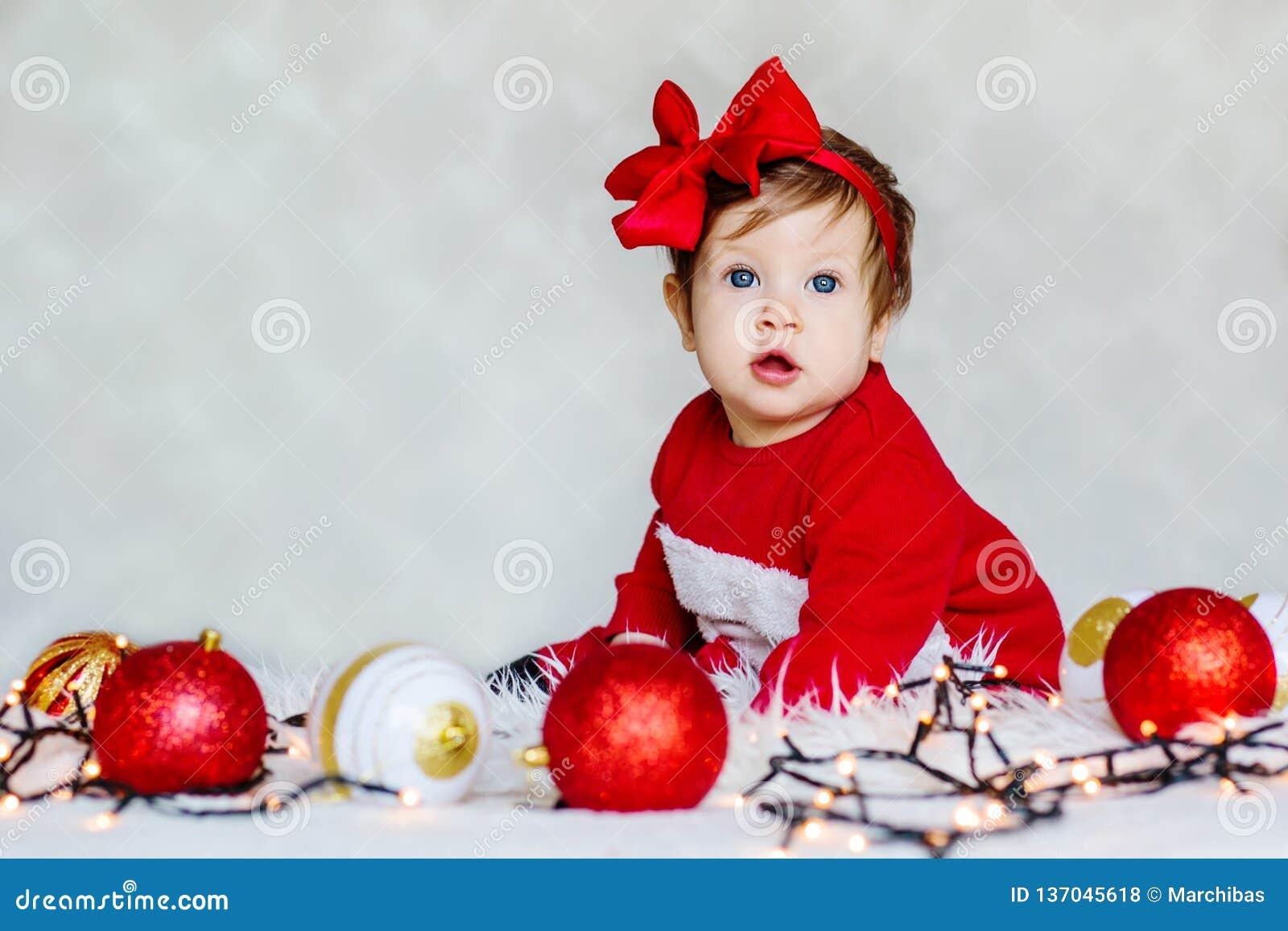 Julståenden av förtjusande behandla som ett barn jultomten hjälpreda