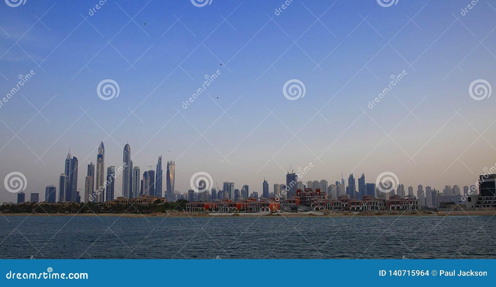 Jumeriah Wyrzucać na brzeg siedzibę JBR w Dubaj brać od morza