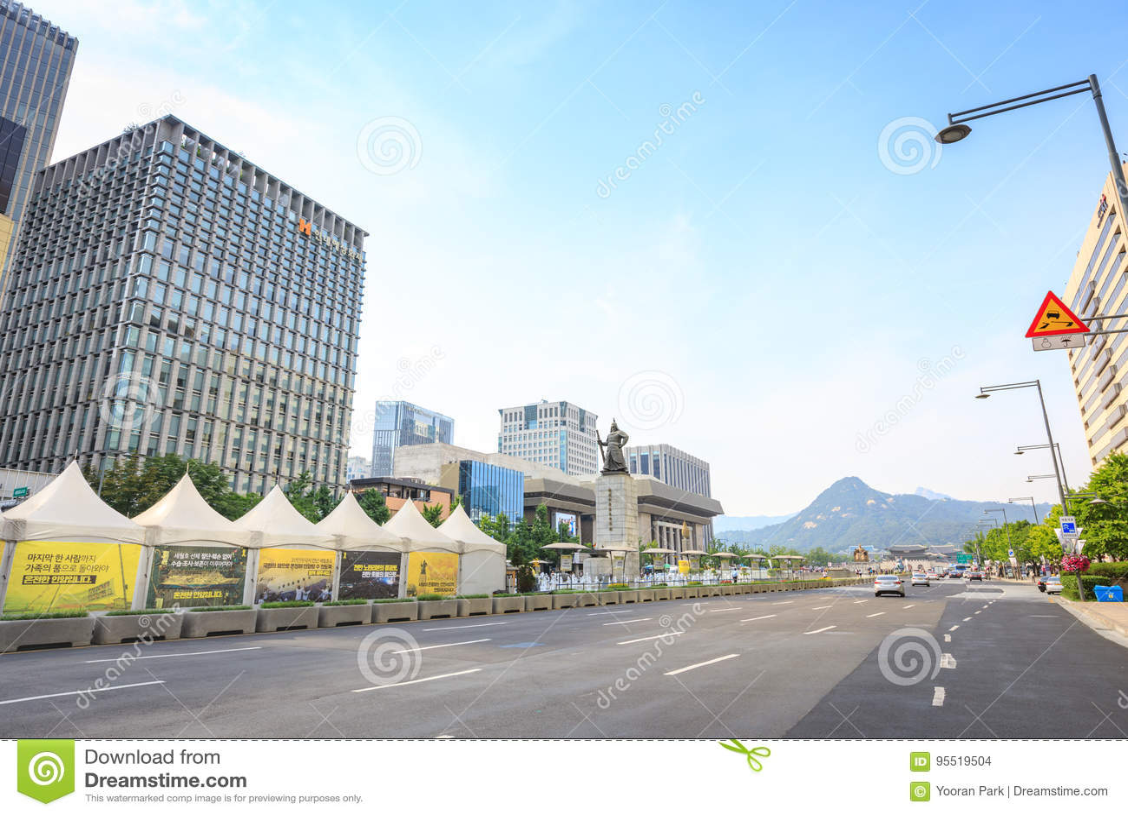 Jun 19, 2017 Gwanghwamun Plaza with the statue of the Admiral Yi Sun-sin in Seoul City, South Korea