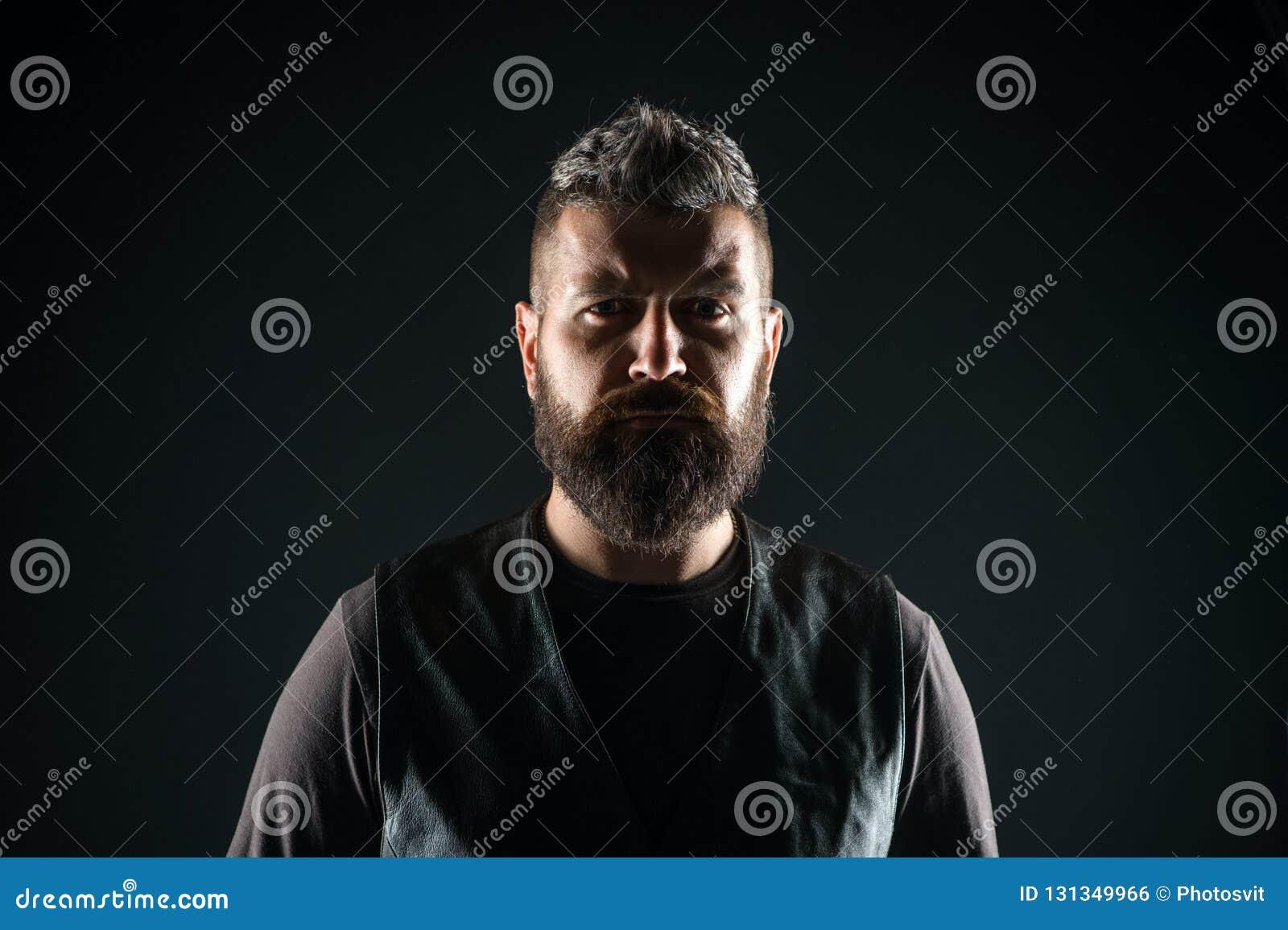Jung und grob Reifer Hippie mit Bart Männliche Friseursorgfalt Bärtiger Mann Haar- und Bartsorgfalt Überzeugt und hübsch
