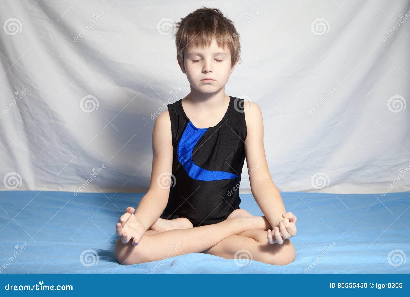 Junge übt Yoga