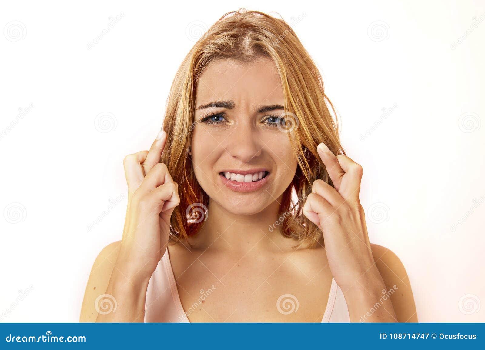 Junge abergläubische schöne und süße blonde Frau mit blauem ey