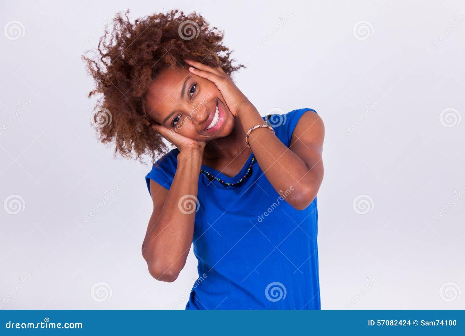 Junge Afroamerikanerfrau, die ihr krauses Afrohaar - Blac hält