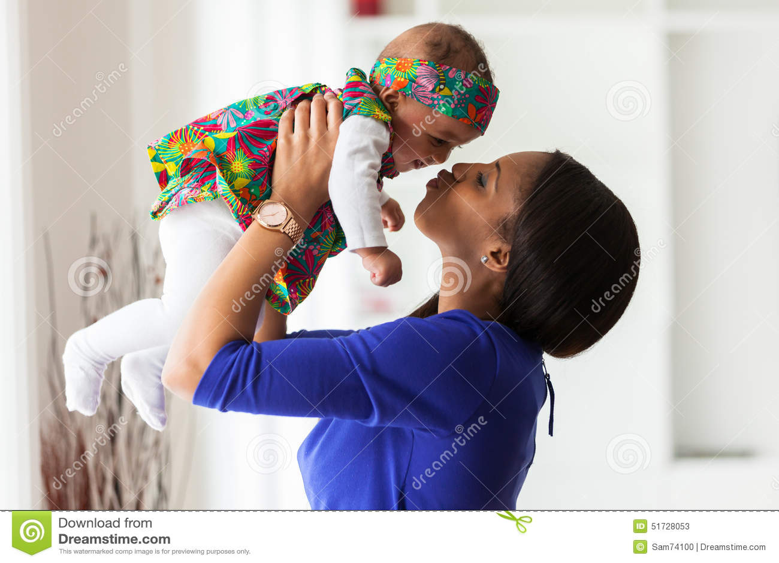 Junge Afroamerikanermutter, die mit ihrem Baby spielt