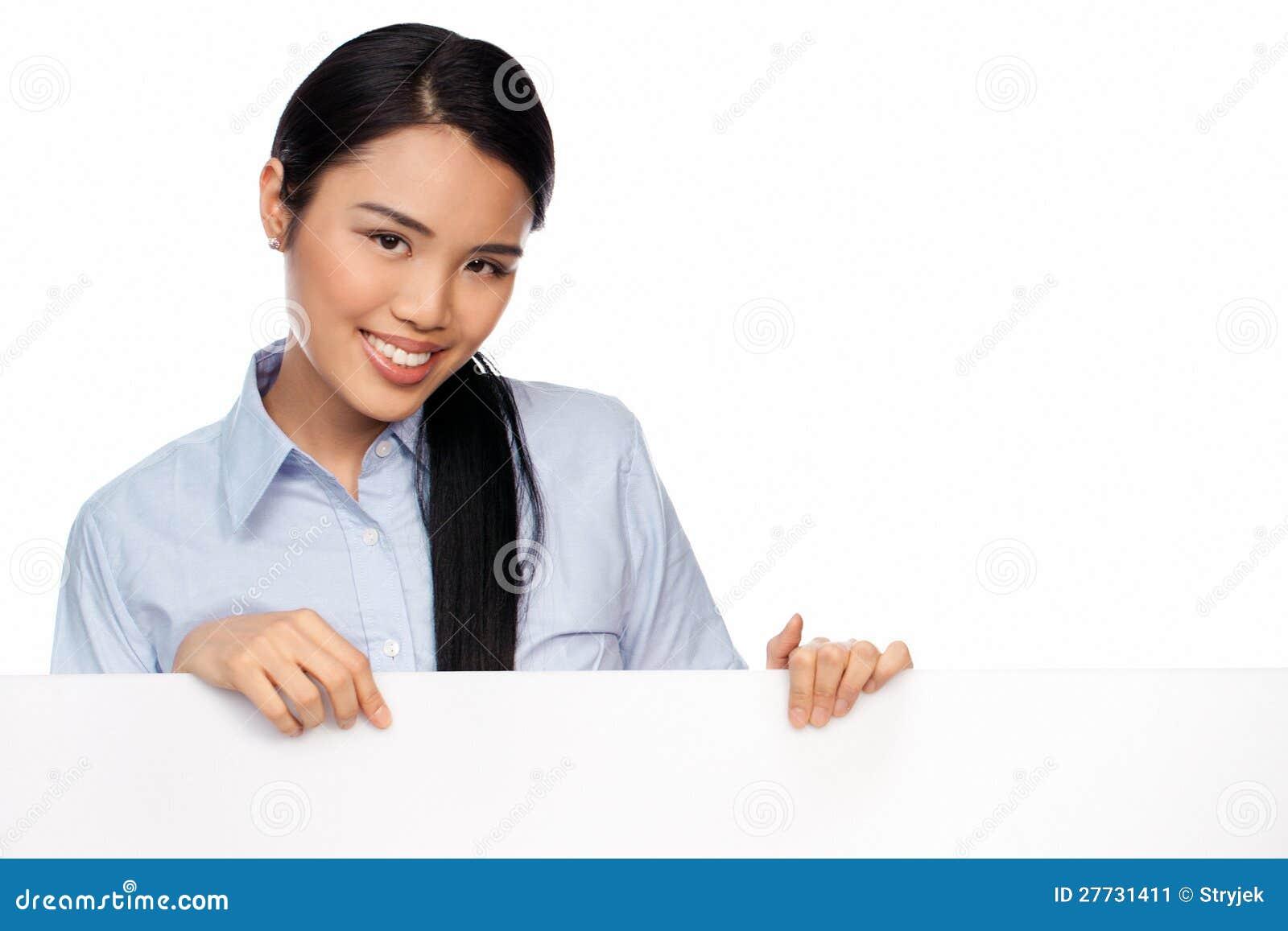 Junge asiatische Dame mit einem unbelegten Zeichen