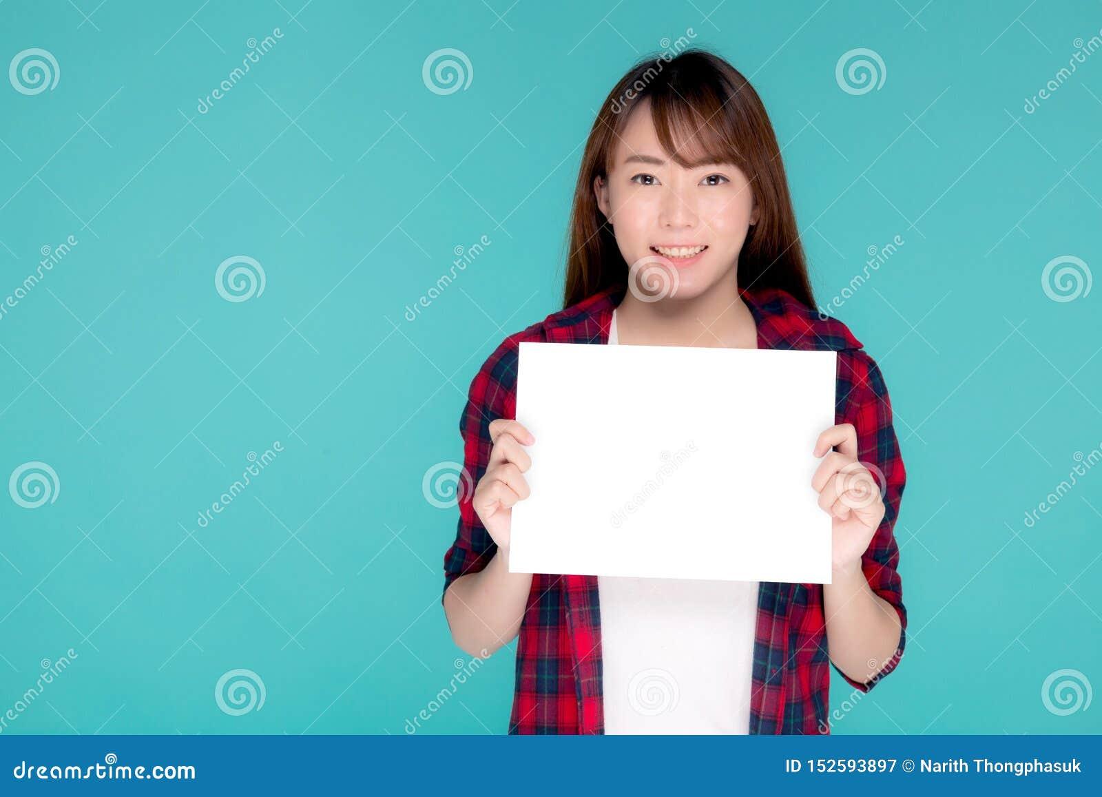 Junge asiatische Frau des schönen Porträts, die mit Blatt des leeren Papiers, Schönheitsasien-Mädchenabnutzungsreise-Sommermode s