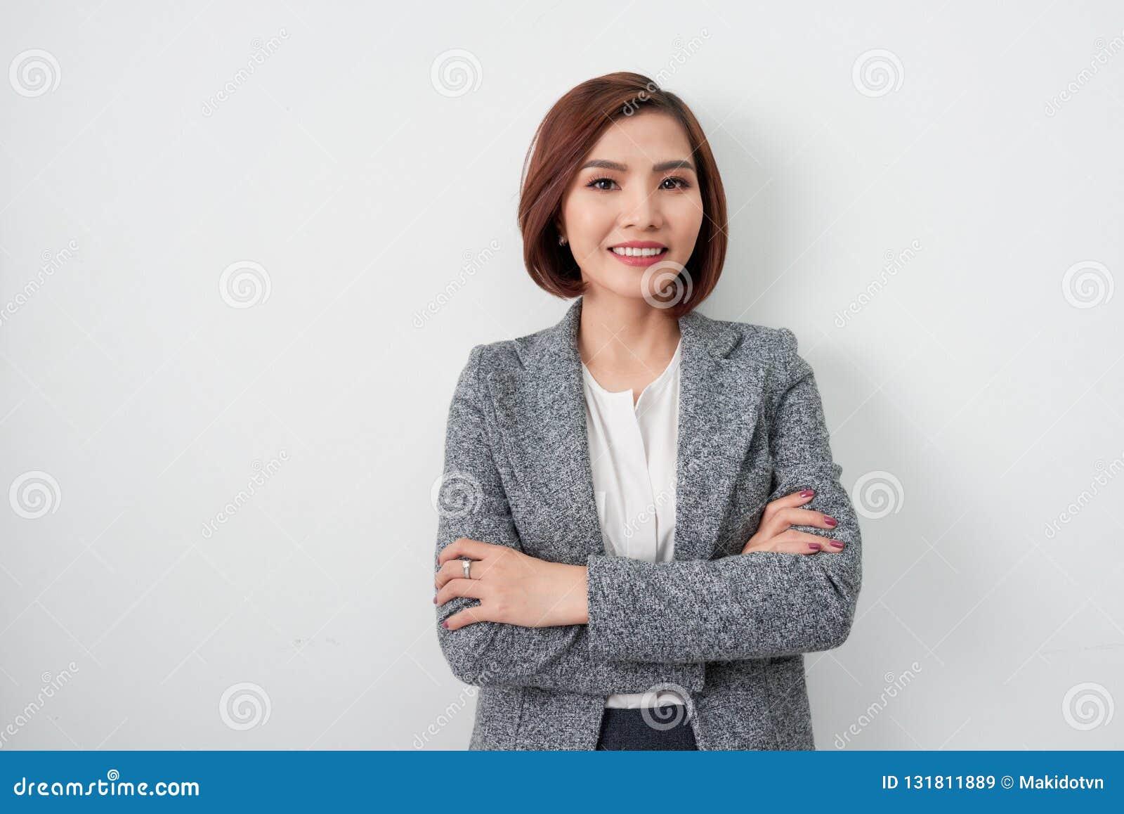 Junge asiatische Frau des Unternehmers, Geschäftsfrauarme gekreuzt auf w
