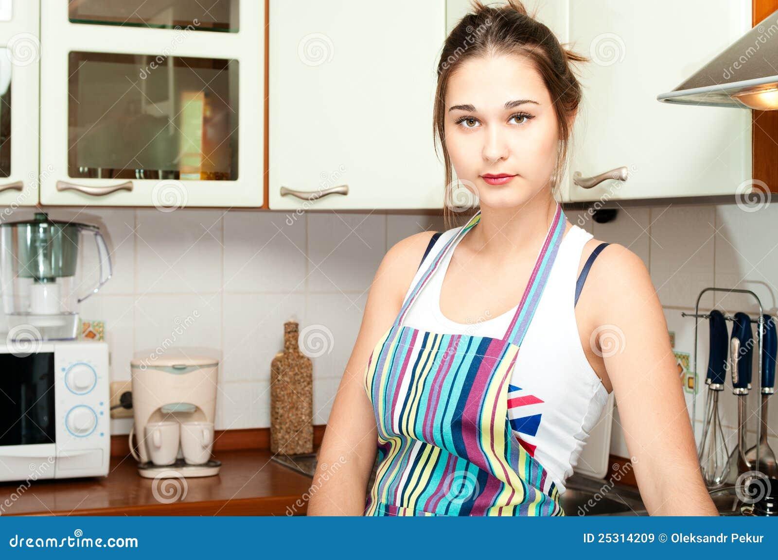 Junge asiatische Hausfrau auf inländischem