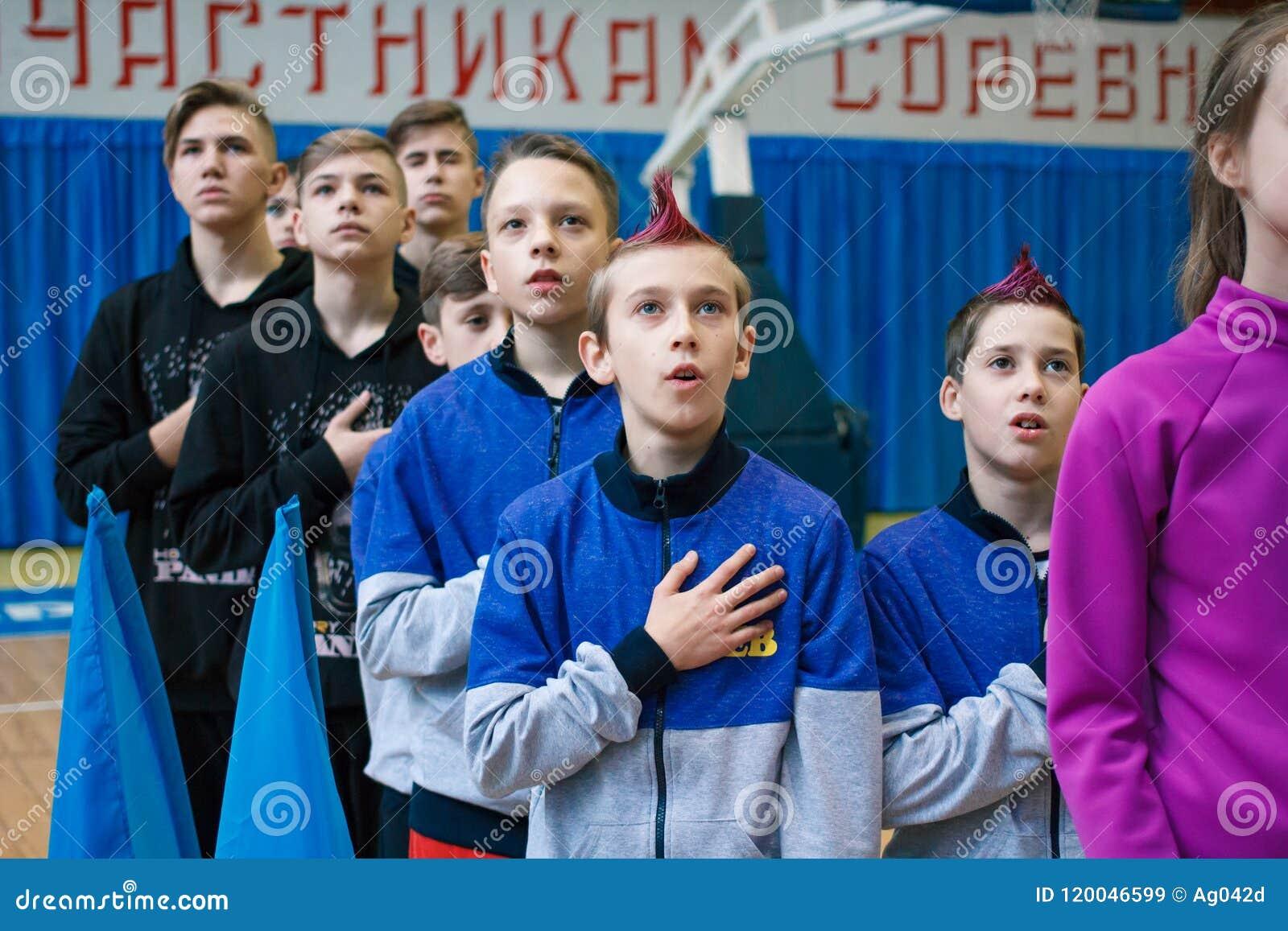 Junge Athleten hören auf das Nationalhymne, Ñ- hampionship der Stadt von Kamenskoye, beim cheerleading unter Soli, die Duos und