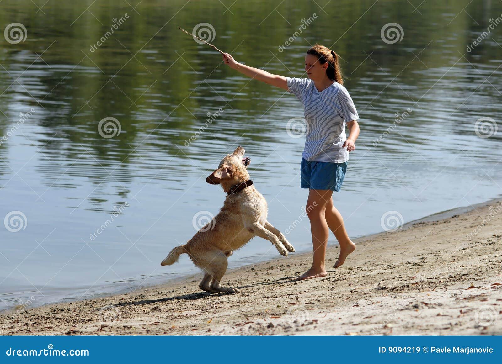 Junge attracive Frau und ihr Hund