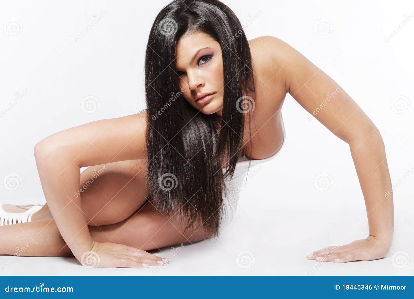 junge attraktive frau mit dem langen schwarzen haar. Black Bedroom Furniture Sets. Home Design Ideas