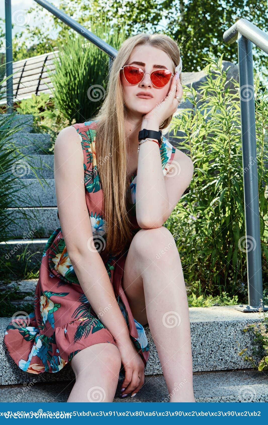 Junge attraktive Frau Rote Sonnenbrille, Farbkleid Junge Frauen-Portr?t