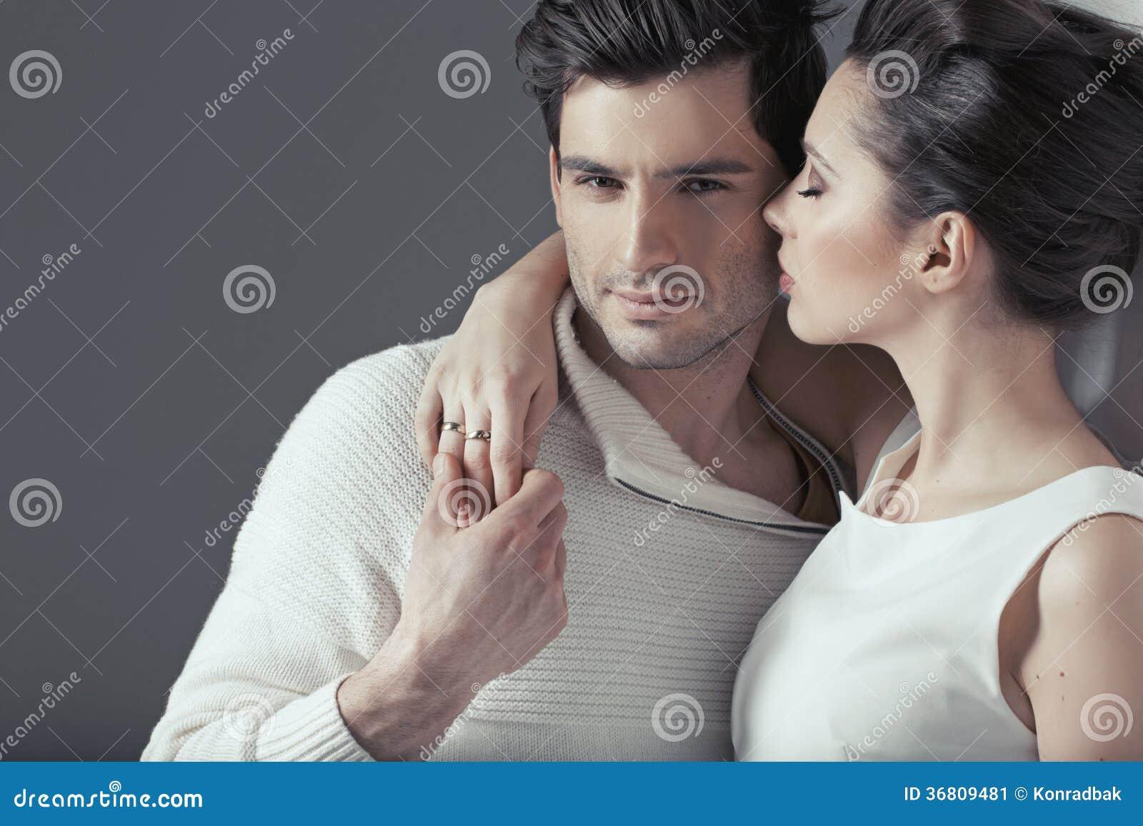 Junge attraktive Paare in der sinnlichen Umarmung