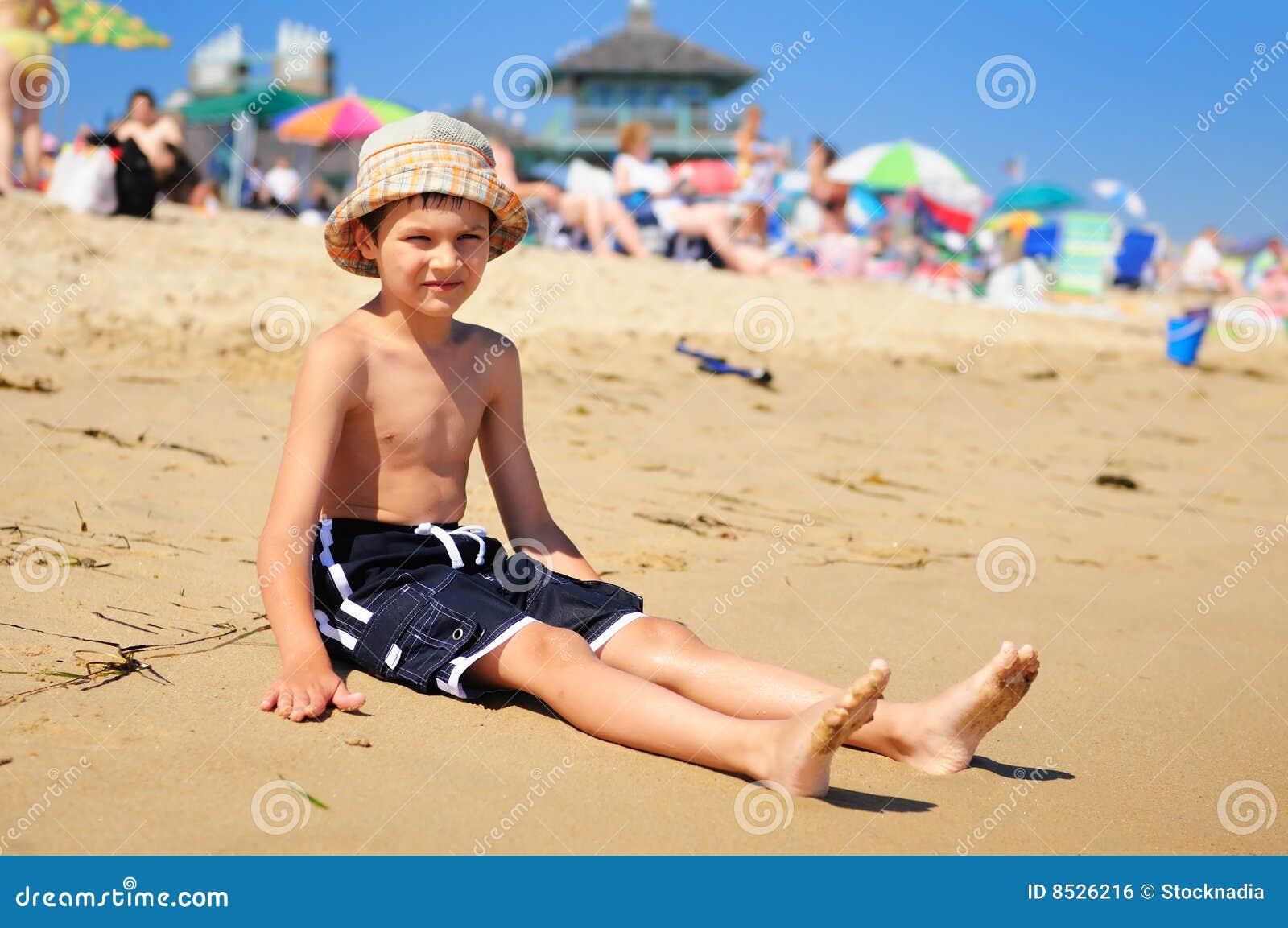 Junge auf dem Strand