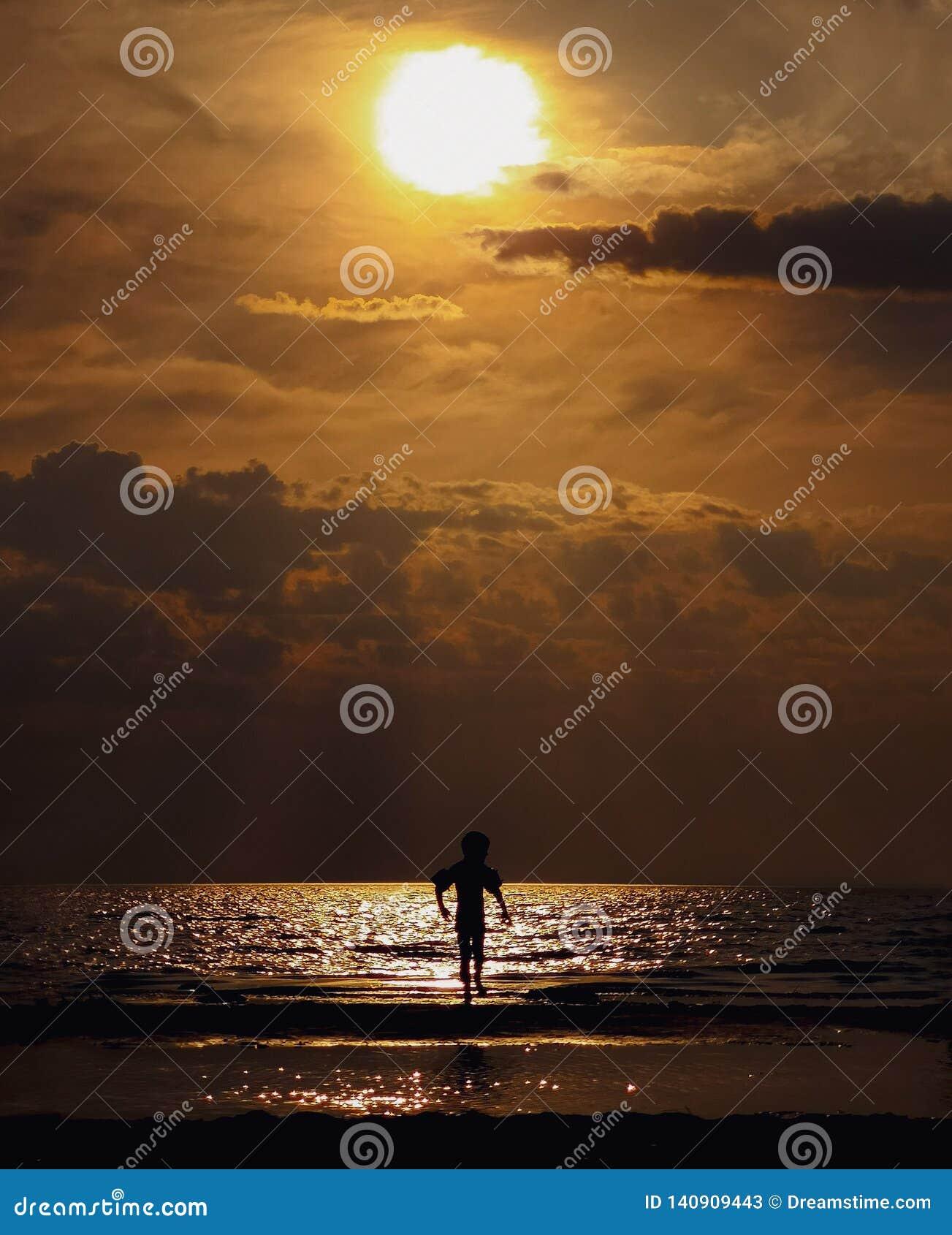 Junge bei Sonnenuntergang Finnisches Meerbusen, Leningrad-Region