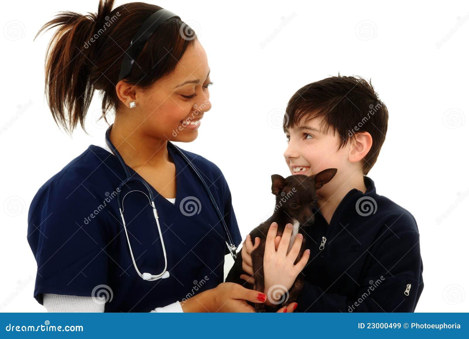 Junge bekommt Haustier-Chihuahua vom Tierarzt zurück