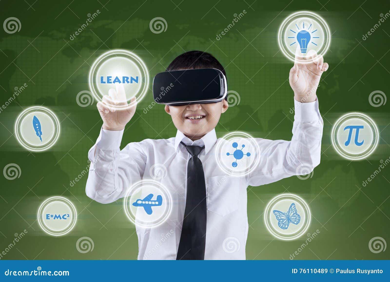 Junge Benutzt VR-Kopfhörer Und Futuristischen Schirm Stockbild ...