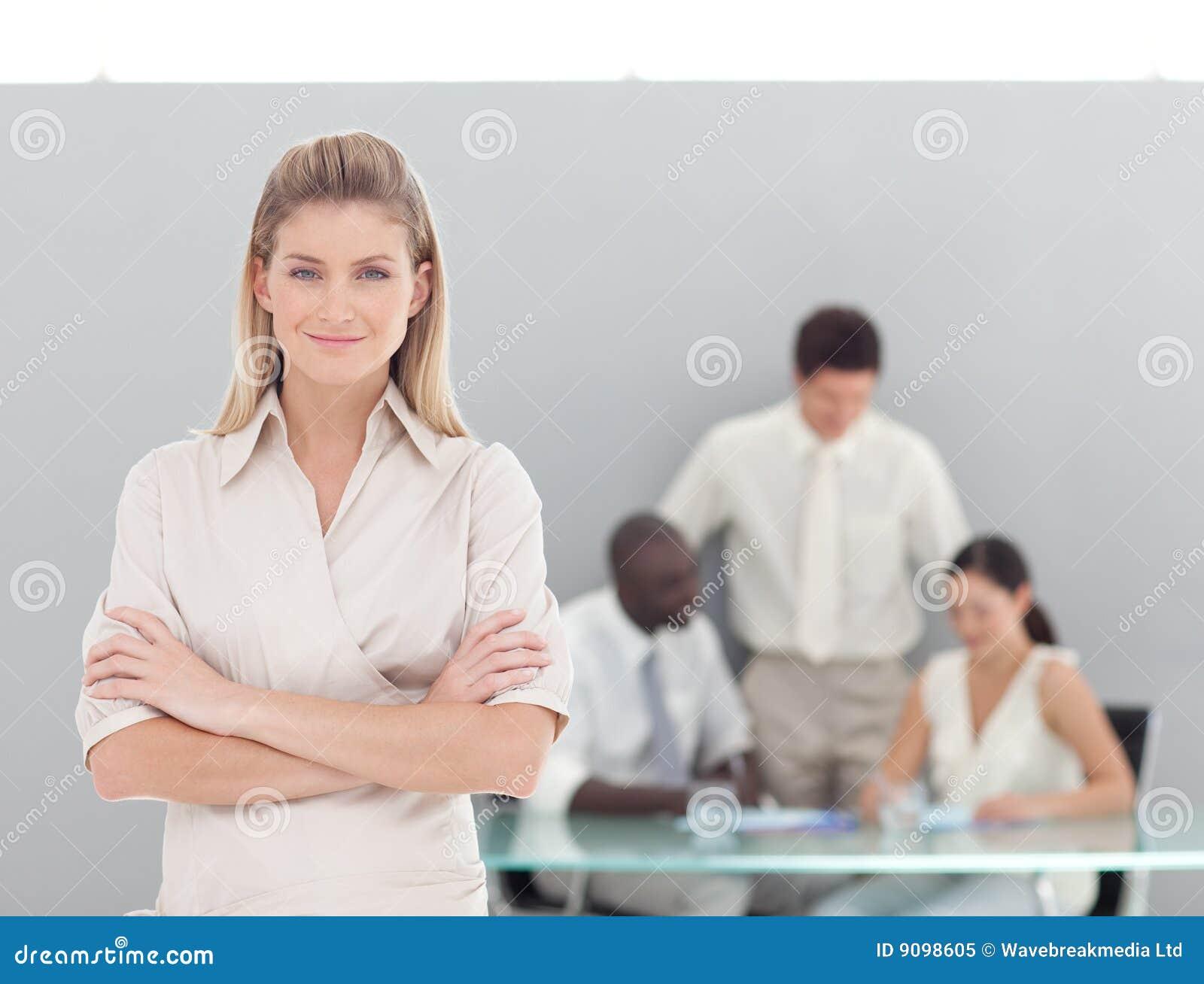 Junge Berufsgeschäftsfrau