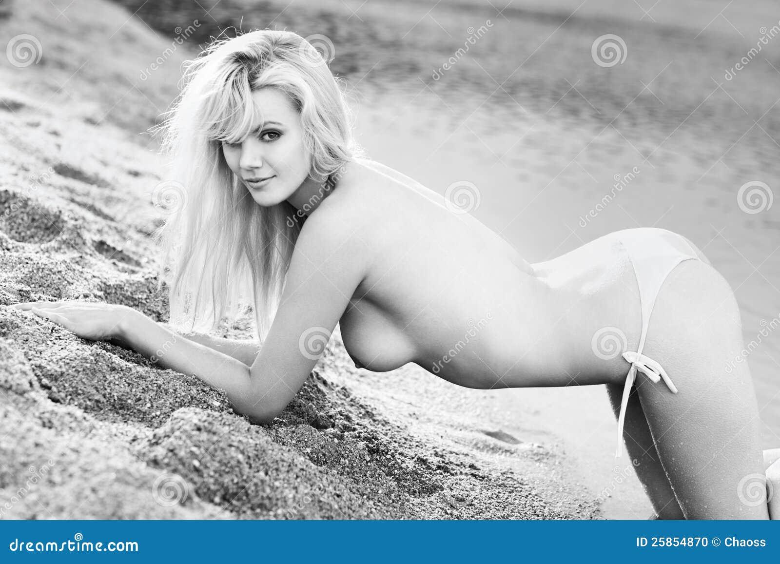 Junge Blanke Frau Auf Strand Stockfoto Bild