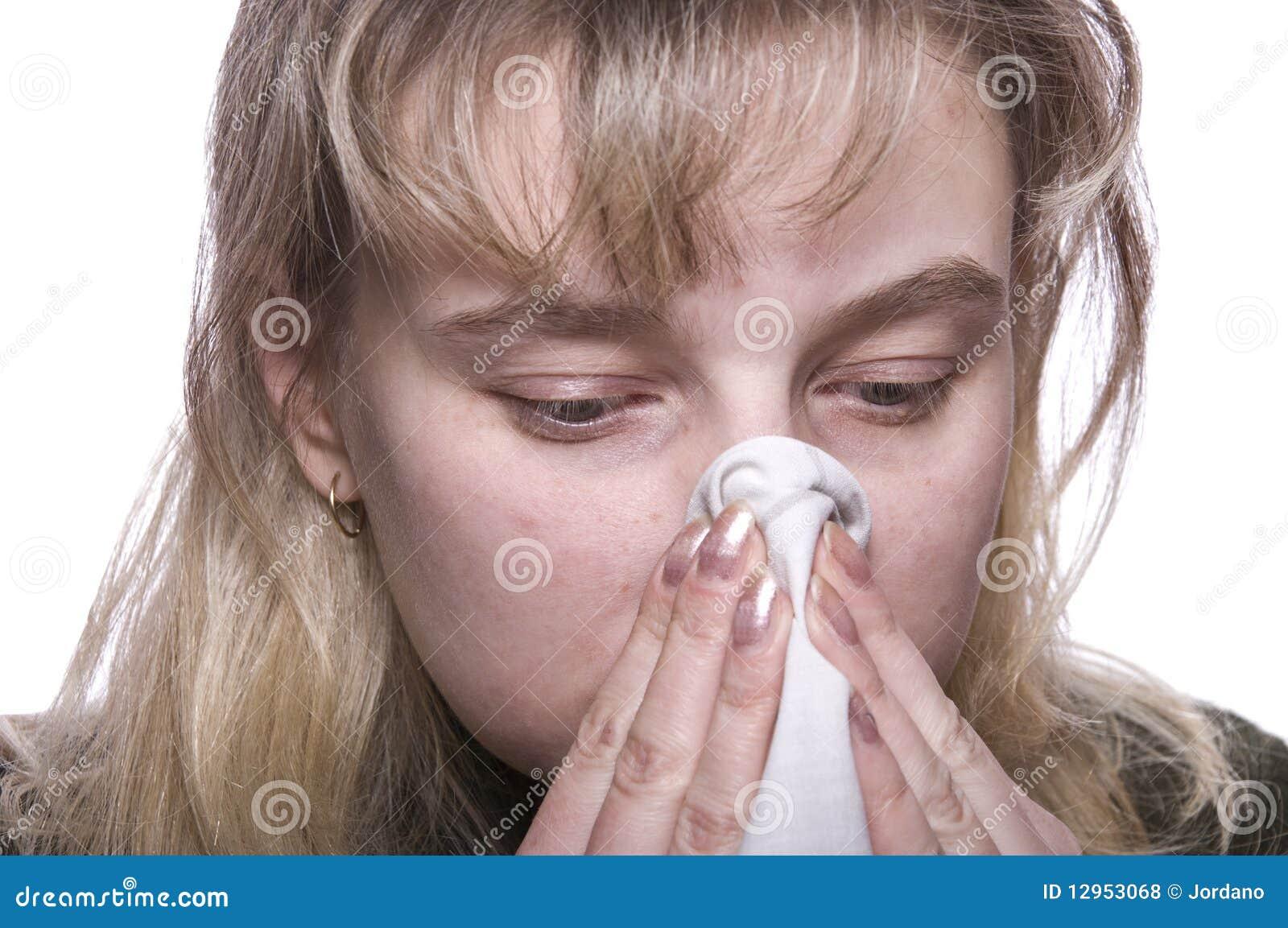 Junge Brunettefrau, die eine Kälte hat