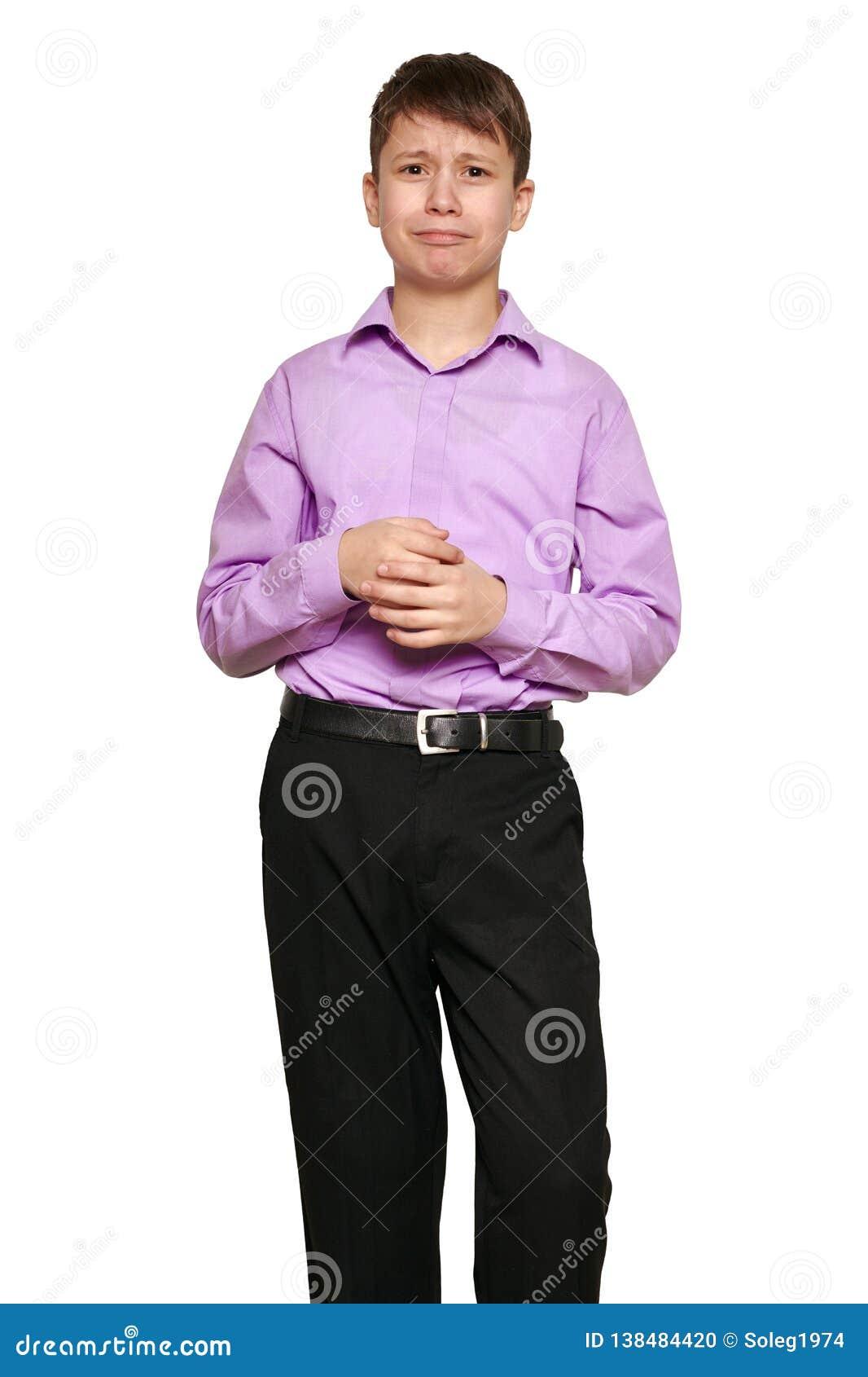 Junge, der auf weißem Hintergrund, schwarzer Hose und purpurrotem Hemd aufwirft
