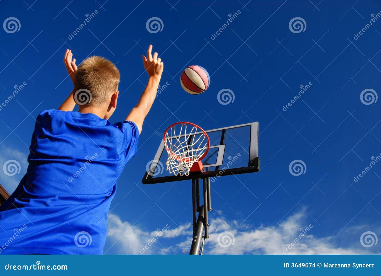 Junge, der Basketball spielt