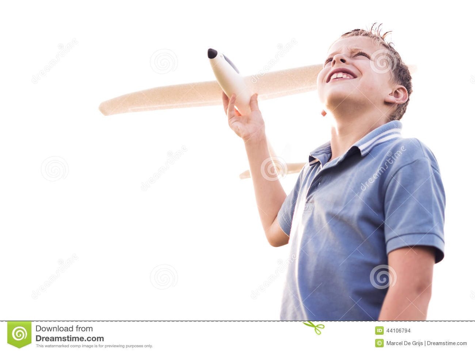 Junge, der den Himmel mit einer Fläche betrachtet