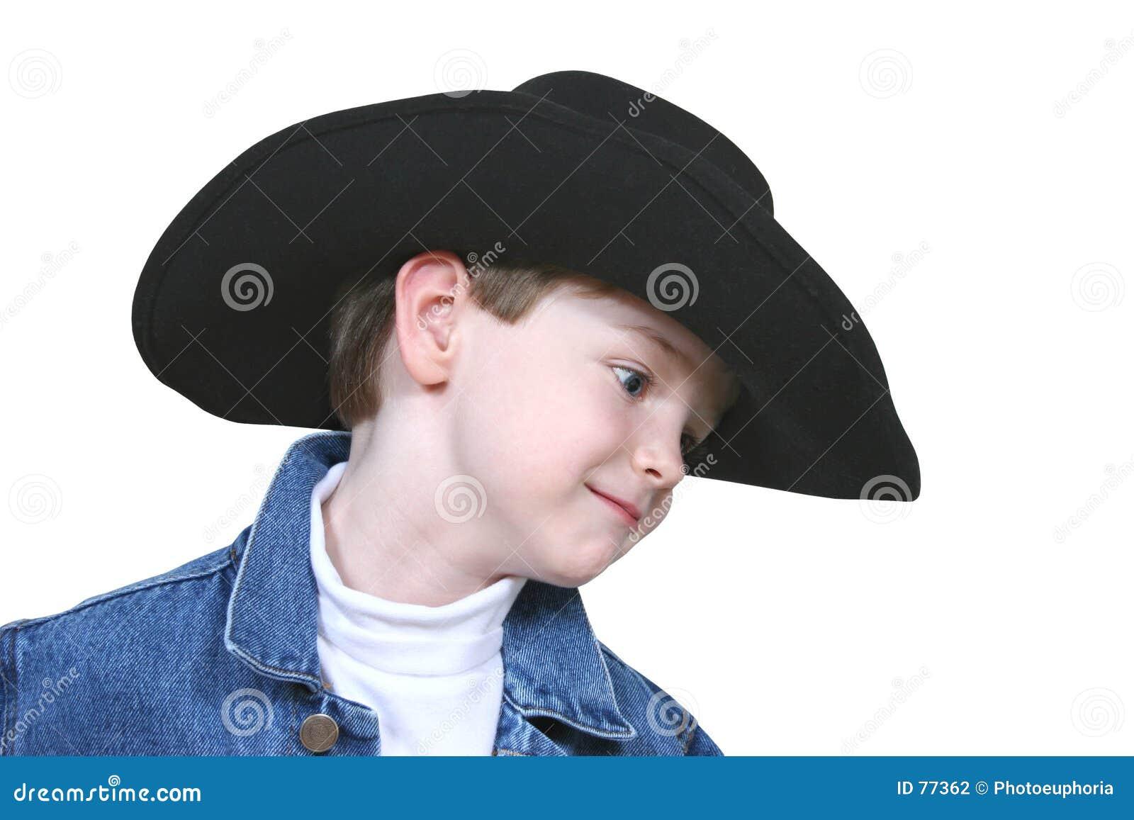 Junge in der Denim-Jacke und im schwarzen Cowboyhut