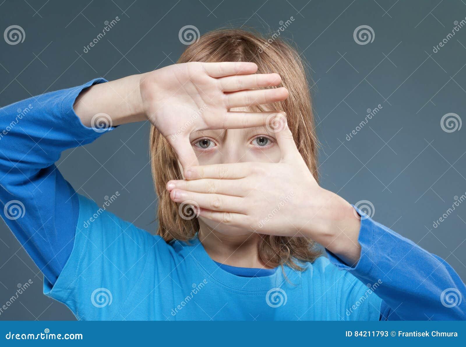 Junge, Der Durch Einen Finger-Rahmen Schaut Stockbild - Bild von ...
