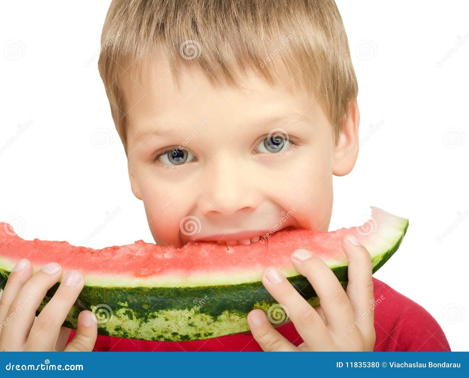 Junge, der ein Stück der Wassermelone isst