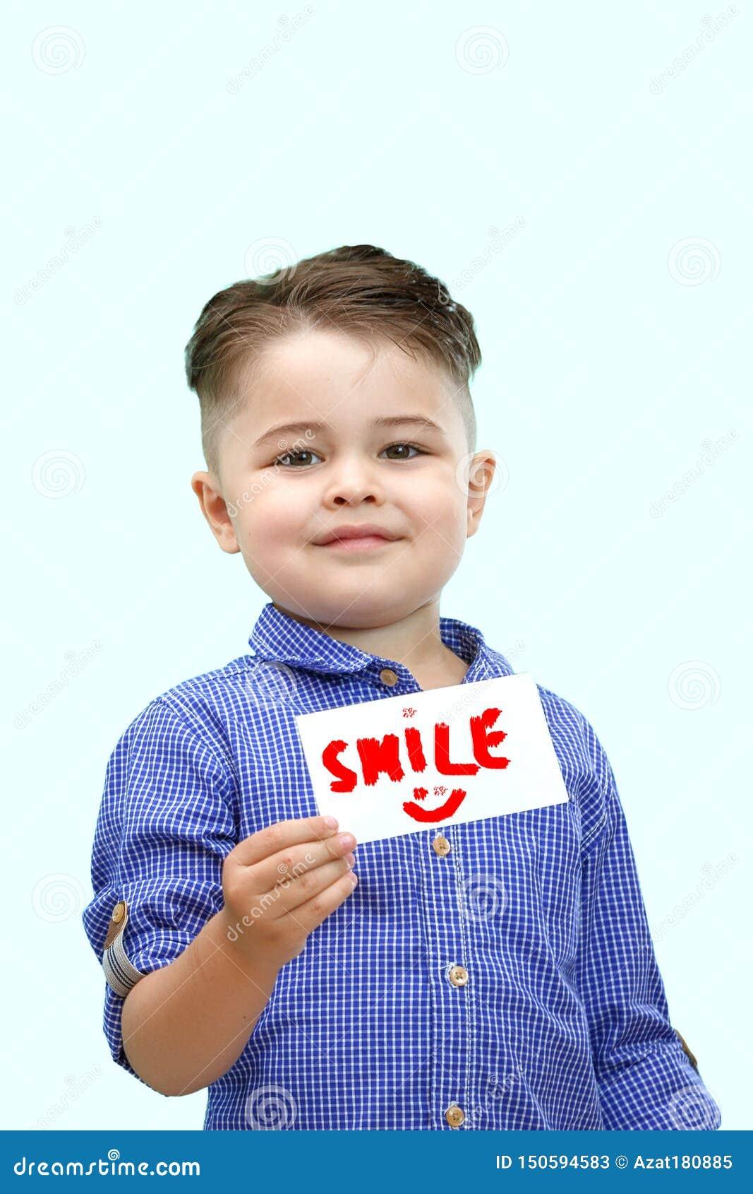 Junge, der ein Zeichen hält, das Lächeln sagt