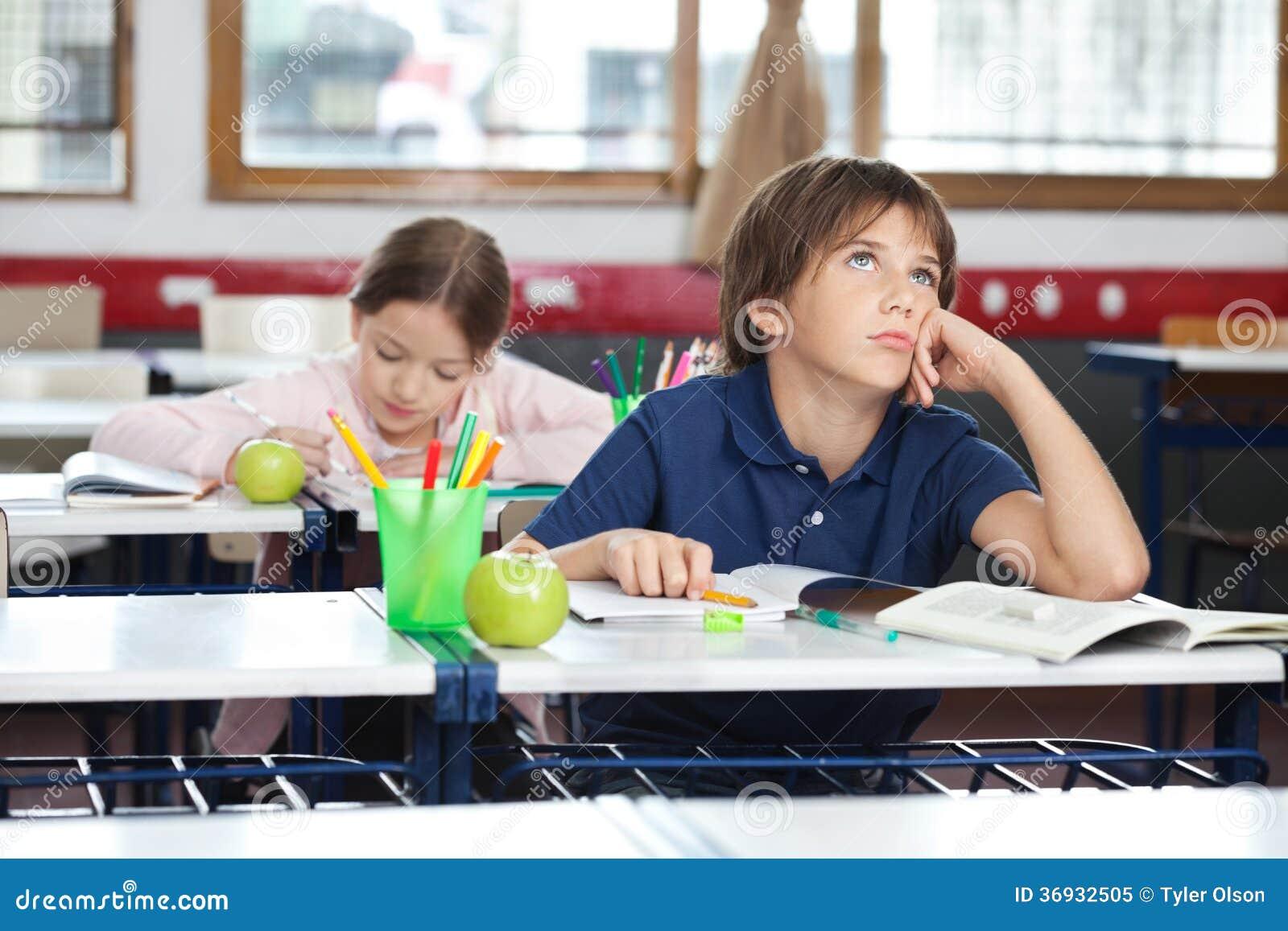 Junge, der oben im Klassenzimmer schaut