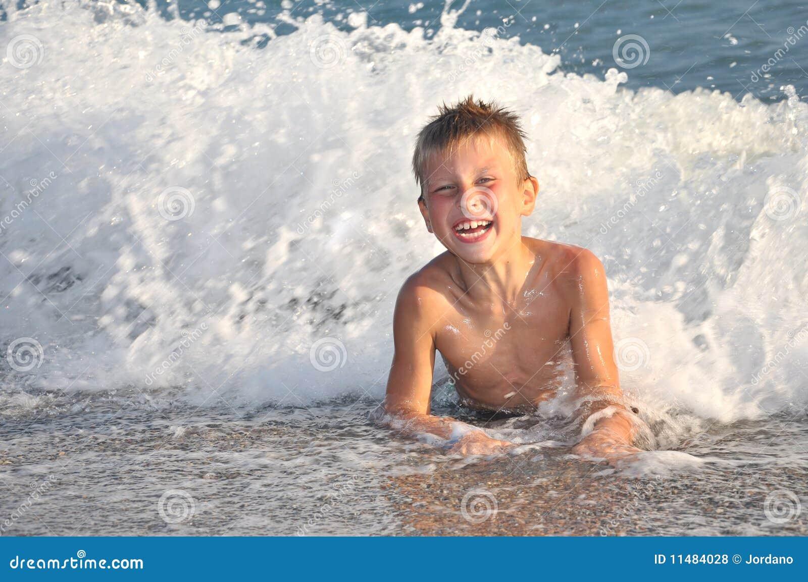 Junge, der Spaß im Meer hat