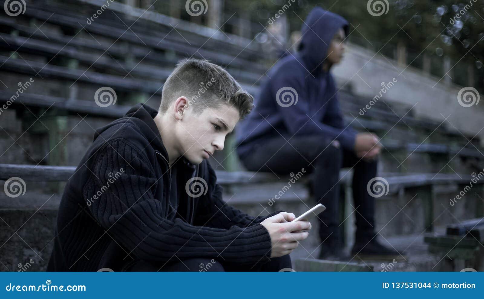 Junge, der Videospiel auf dem Smartphone, gewöhnt zum Sozialen Netz, digitale Nation spielt