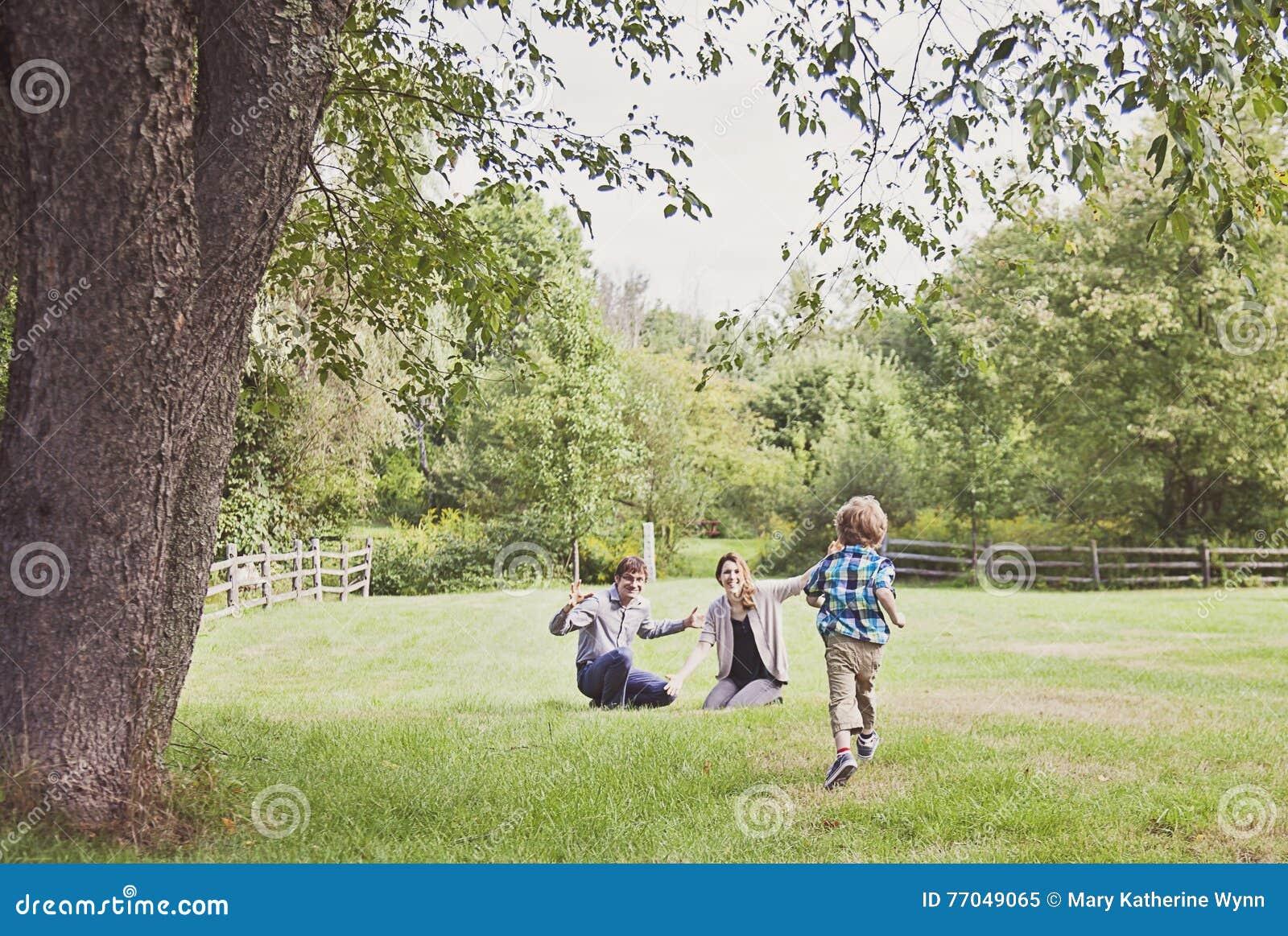 Junge, der zu den Eltern läuft