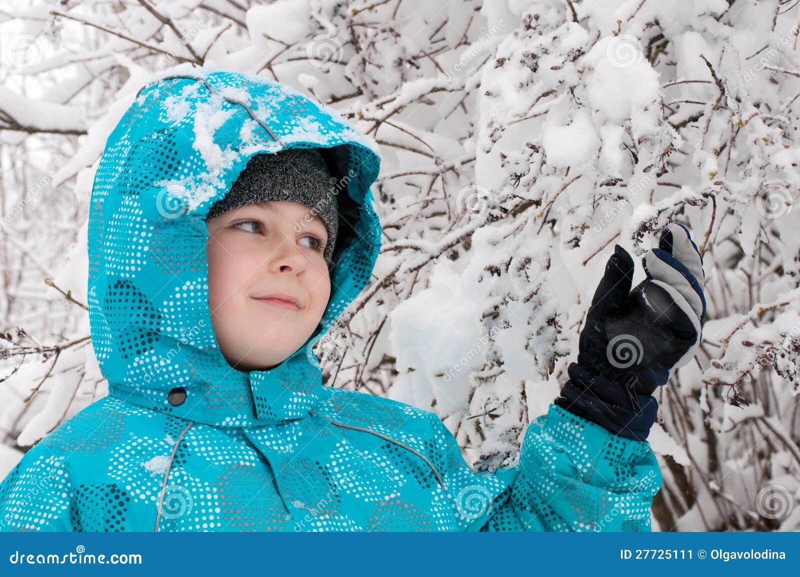 Junge in einem schneebedeckten Wald