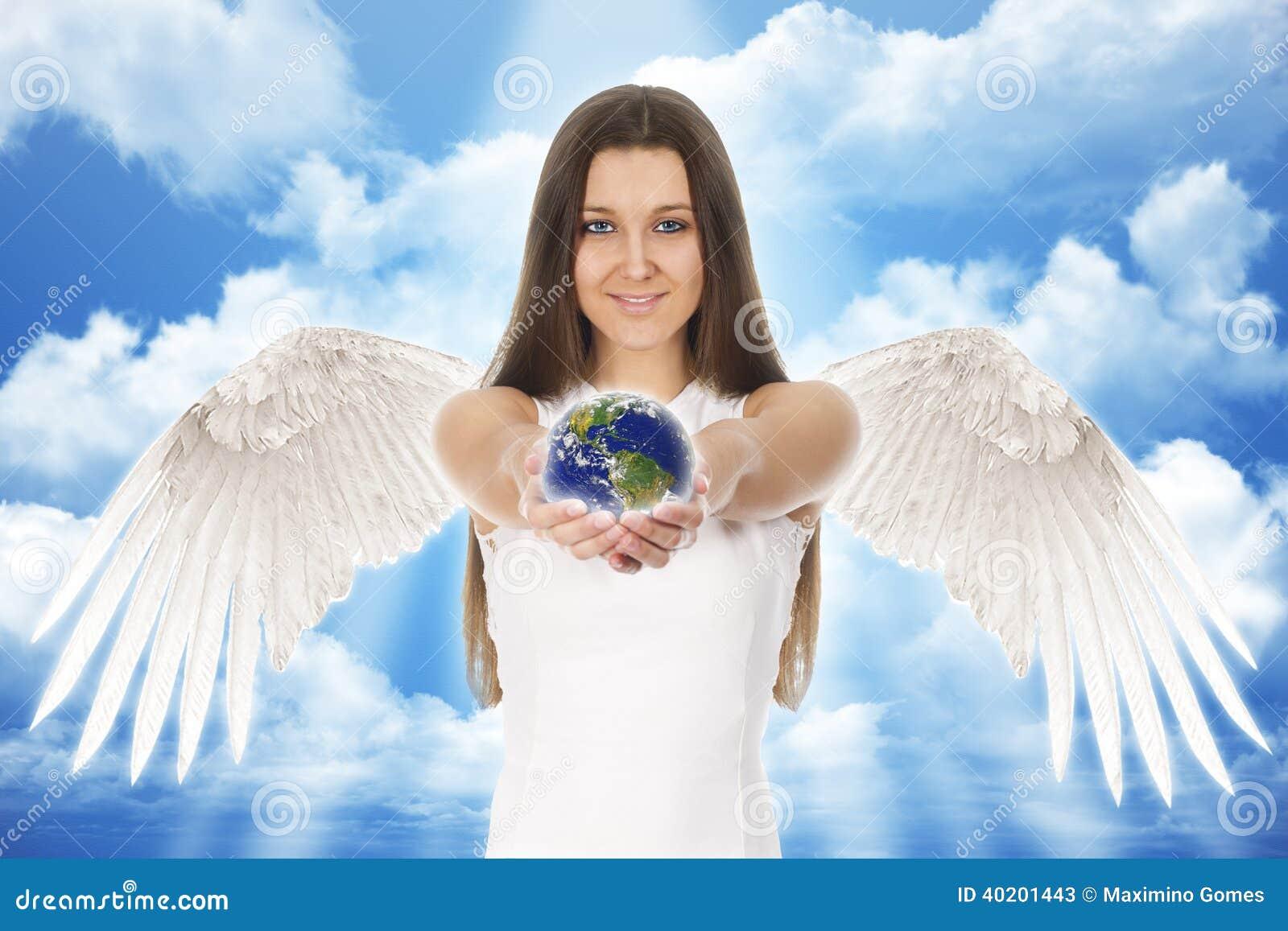Junge Engelsfrau, die Erde in den Händen mit Wolken hält