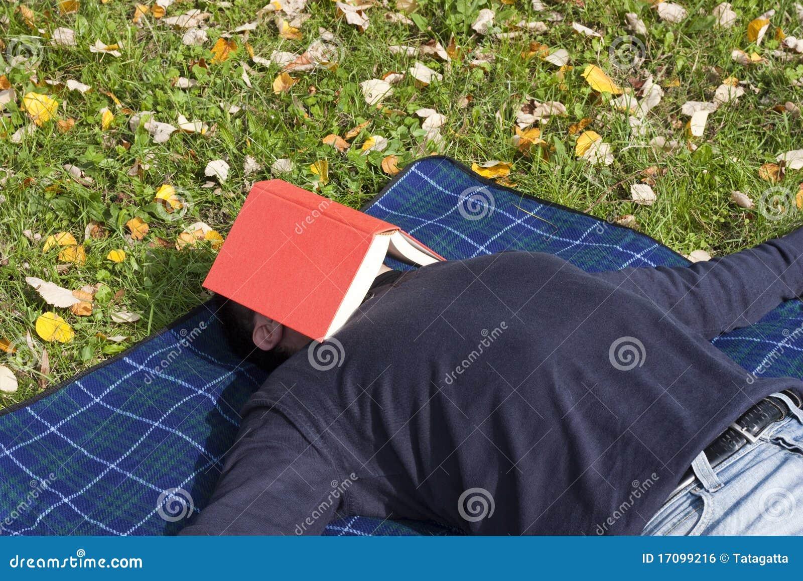 Junge erwachsene Entspannung im Park