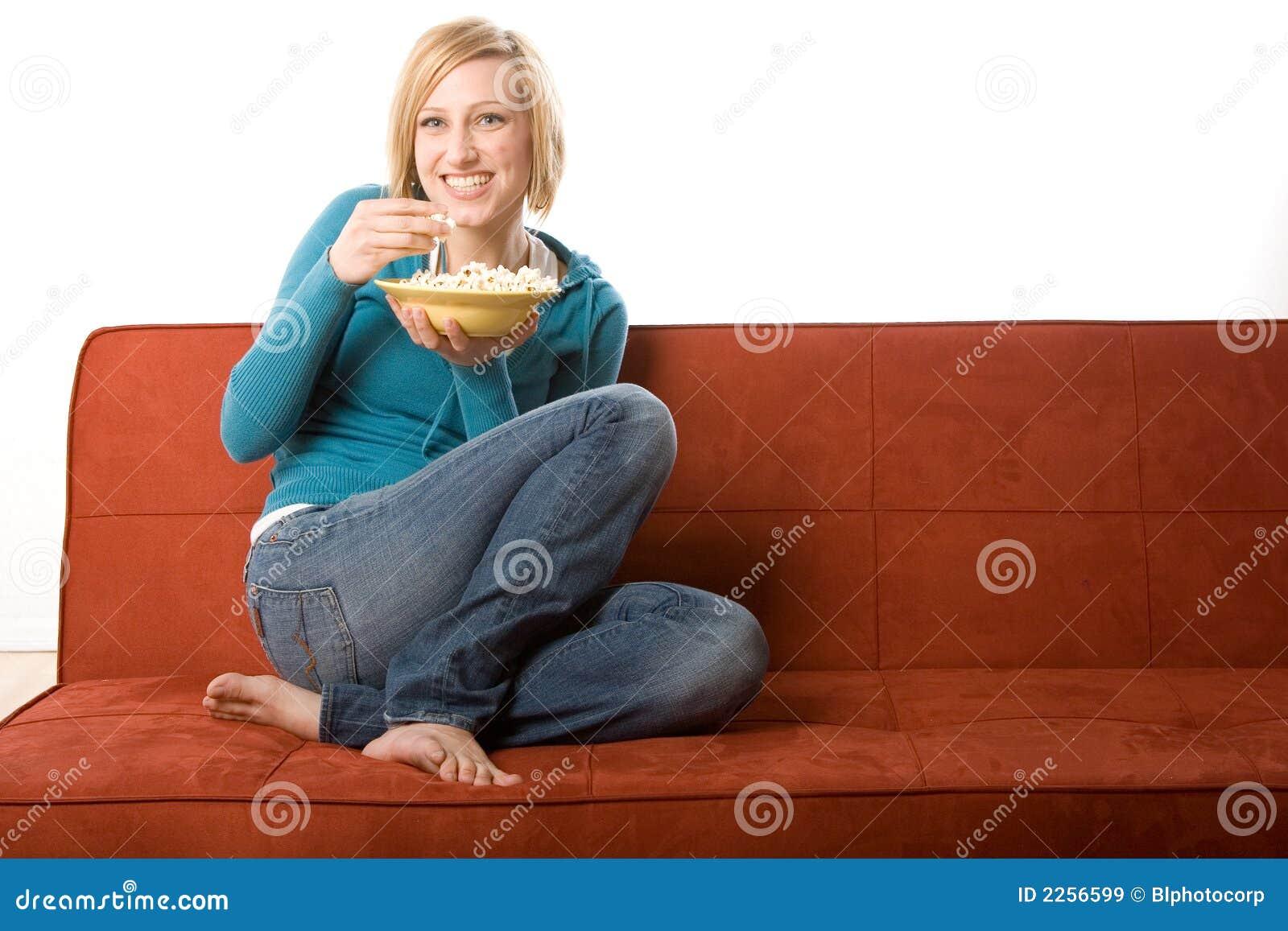 Junge erwachsene Frau auf Couch