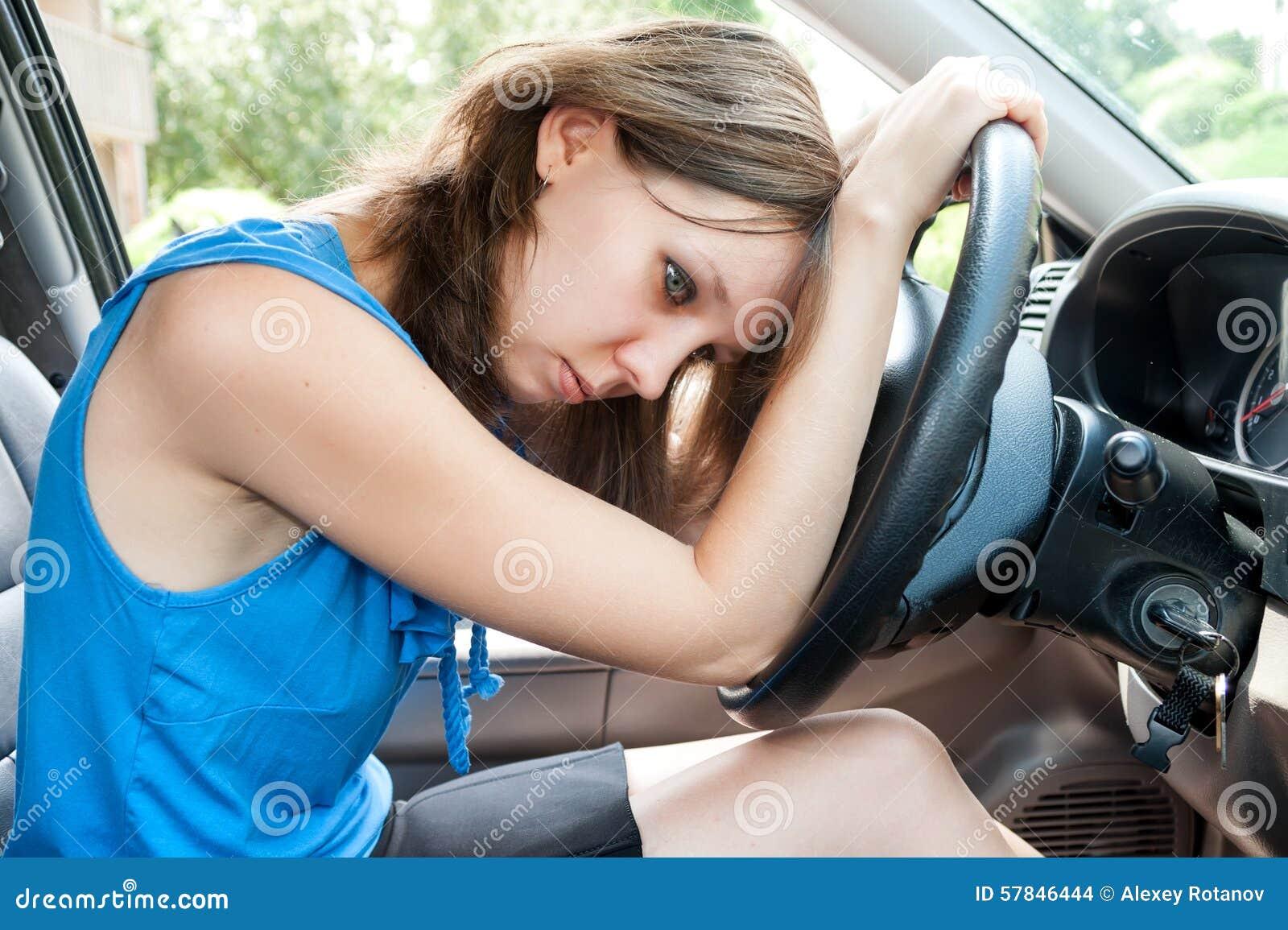 Junge erwachsene Frau in der Hauptverkehrszeit