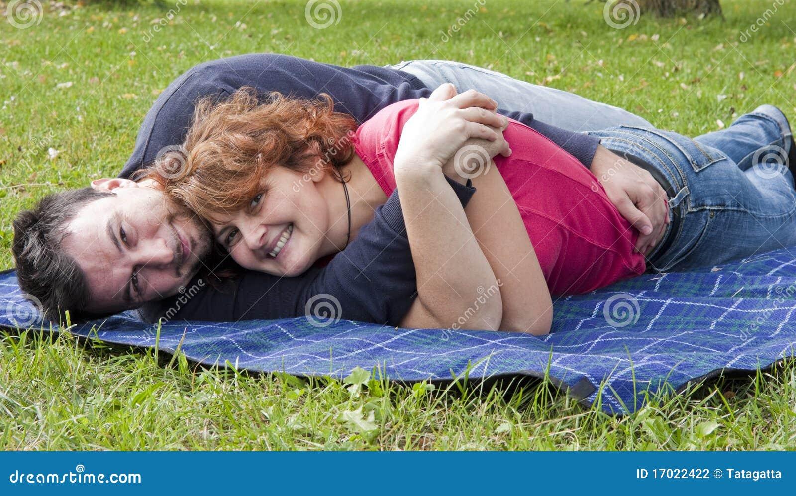 Junge erwachsene Paare im Park
