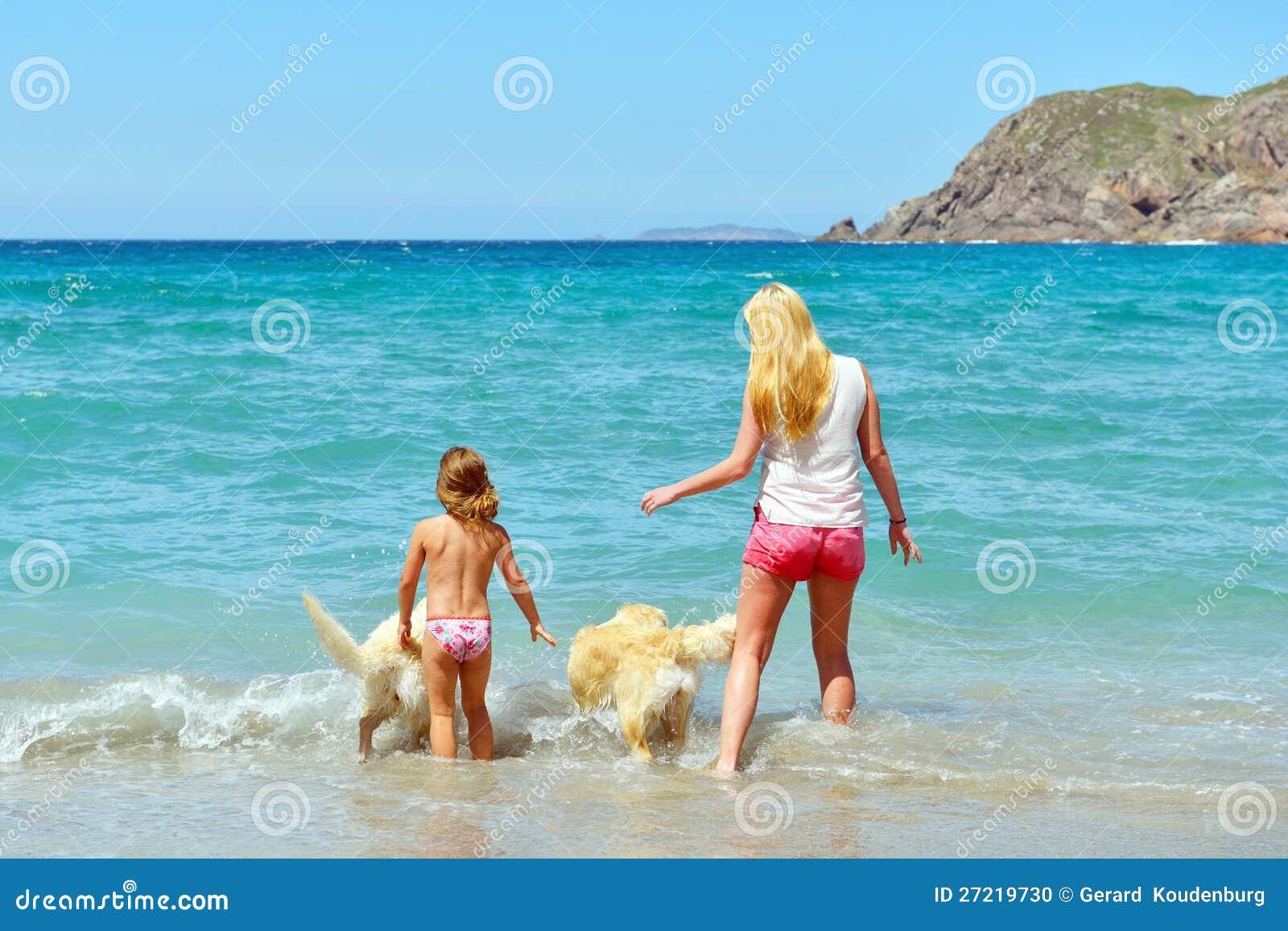 Junge Familie, die Spaß auf dem Strand hat