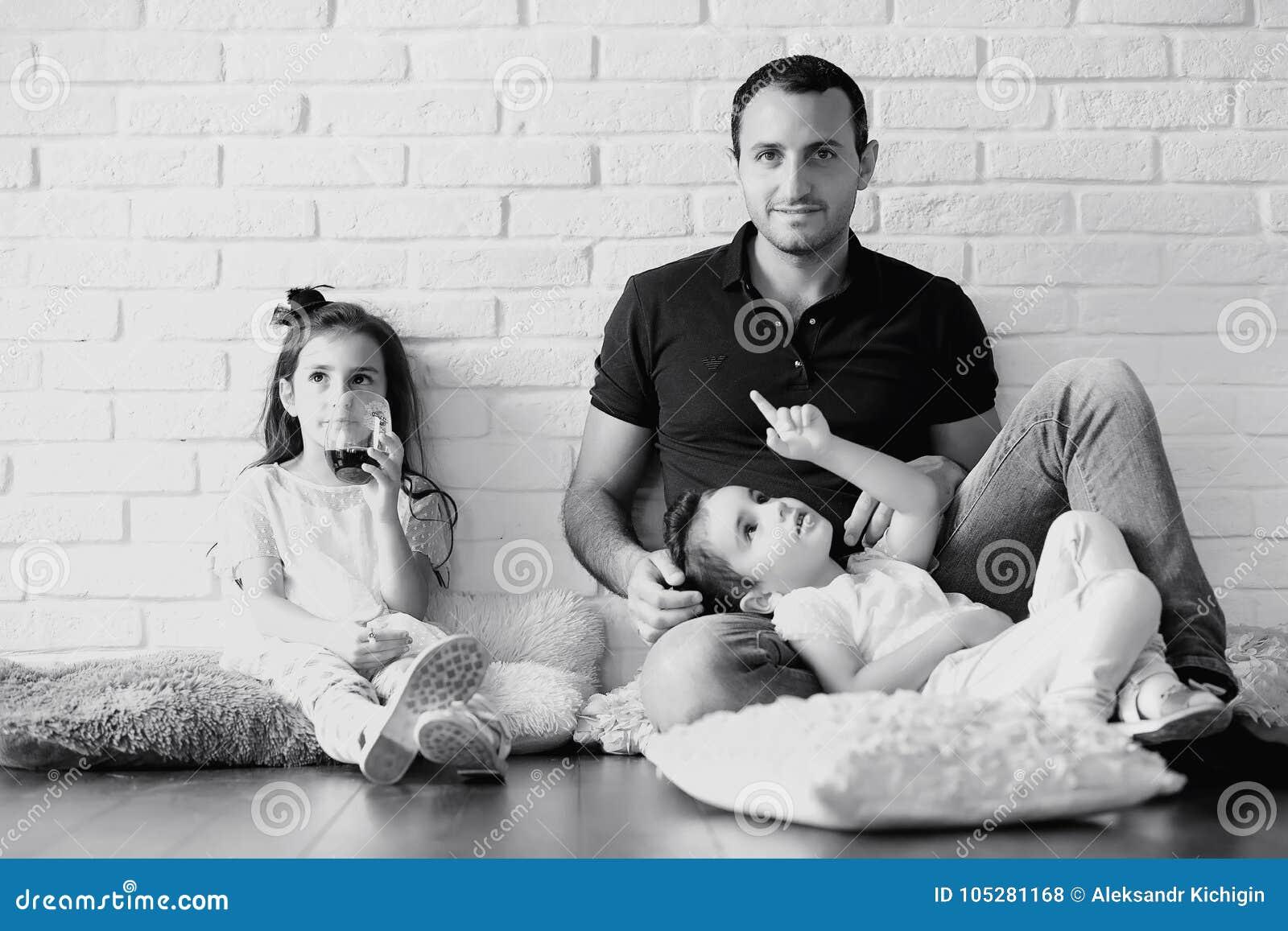 Junge Familie mit Töchtern