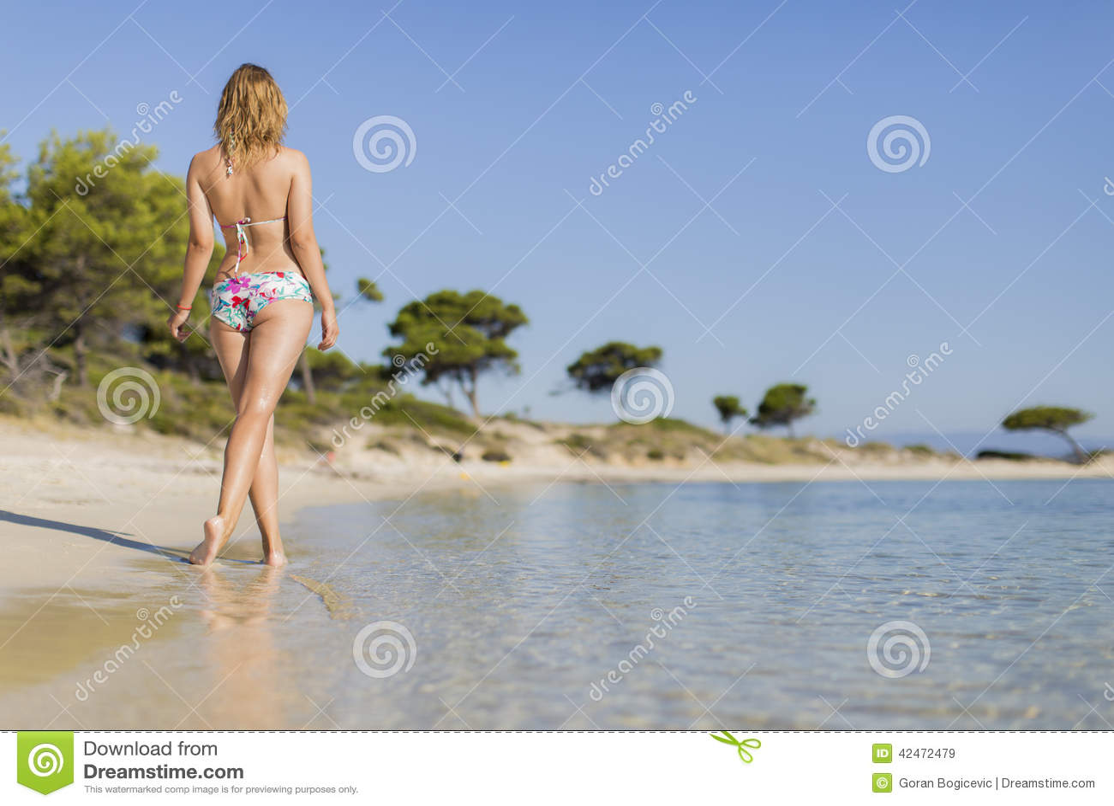 Junge Frau auf dem Strand