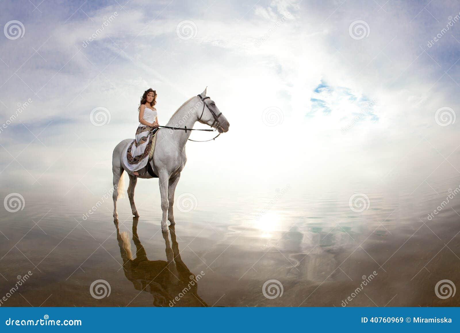Junge Frau auf einem Pferd Pferderueckenreiter, Frauenreitpferd auf b