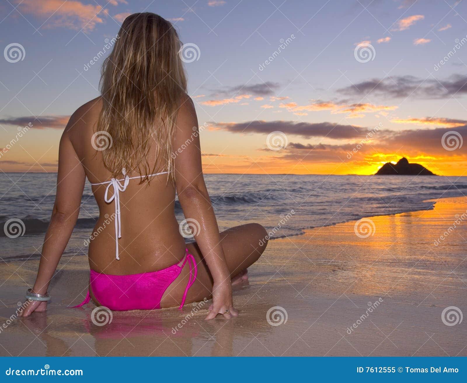 Barbusige frau am strand