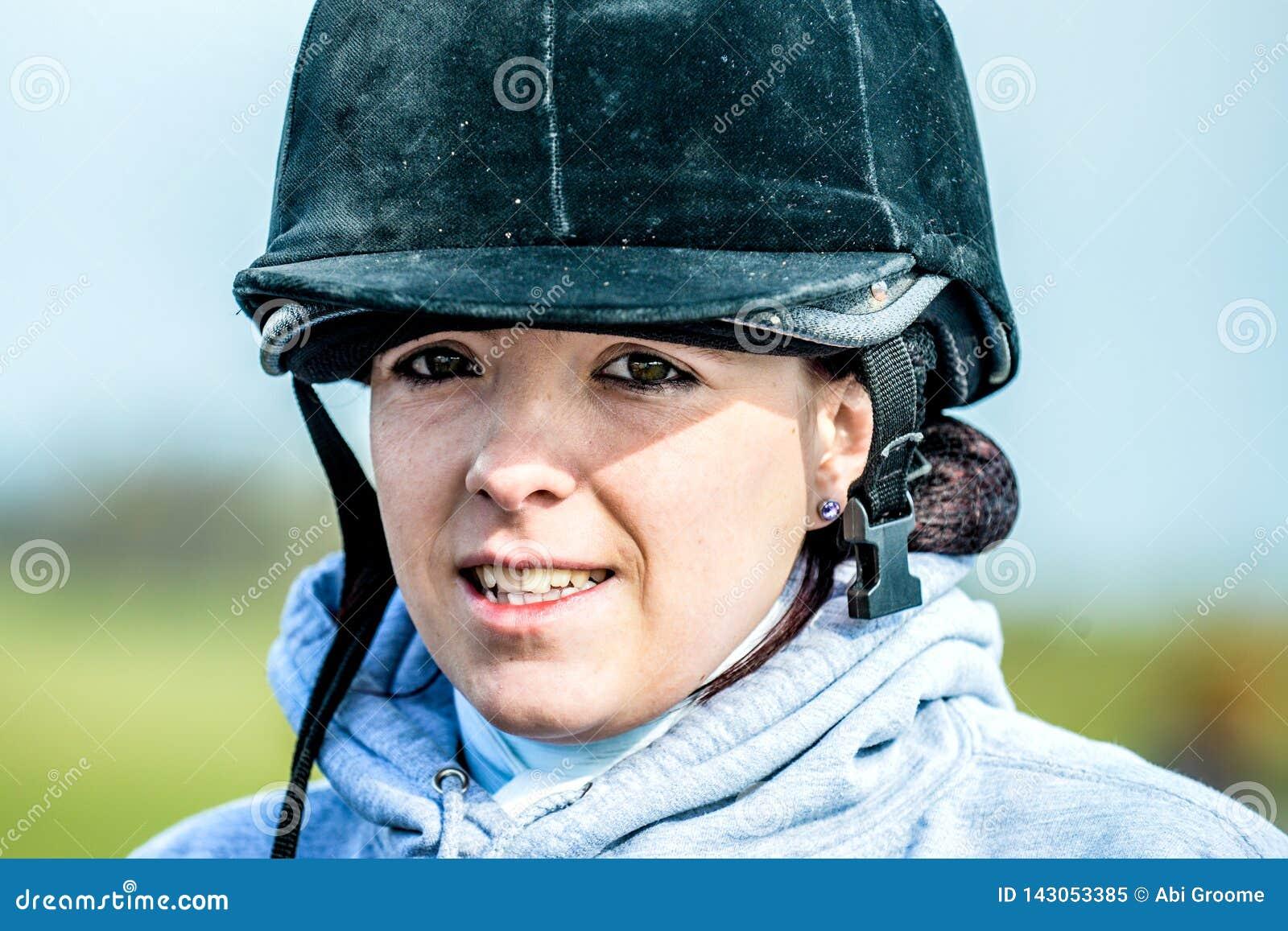 Junge Frau bereit, ihr Pferd mit ihrem Sturzhelm an zu reiten