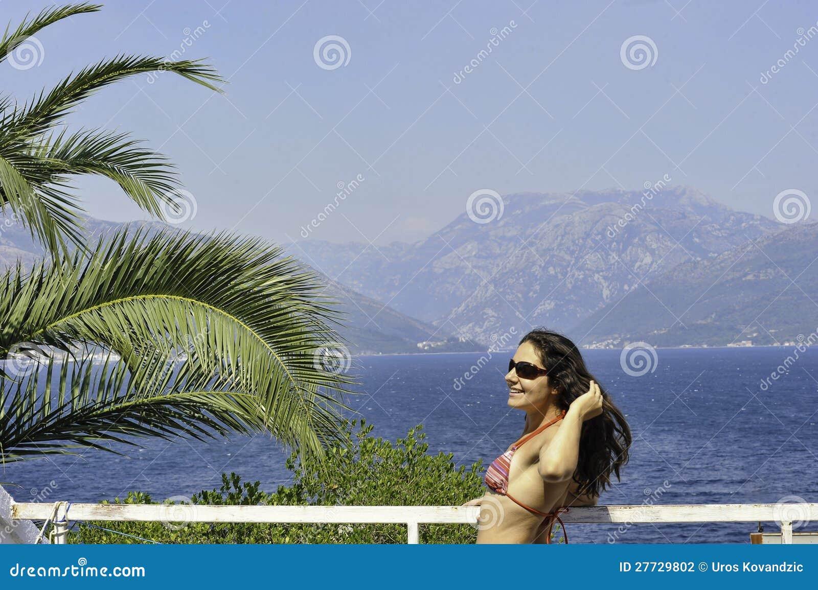 Junge Frau an der Küste