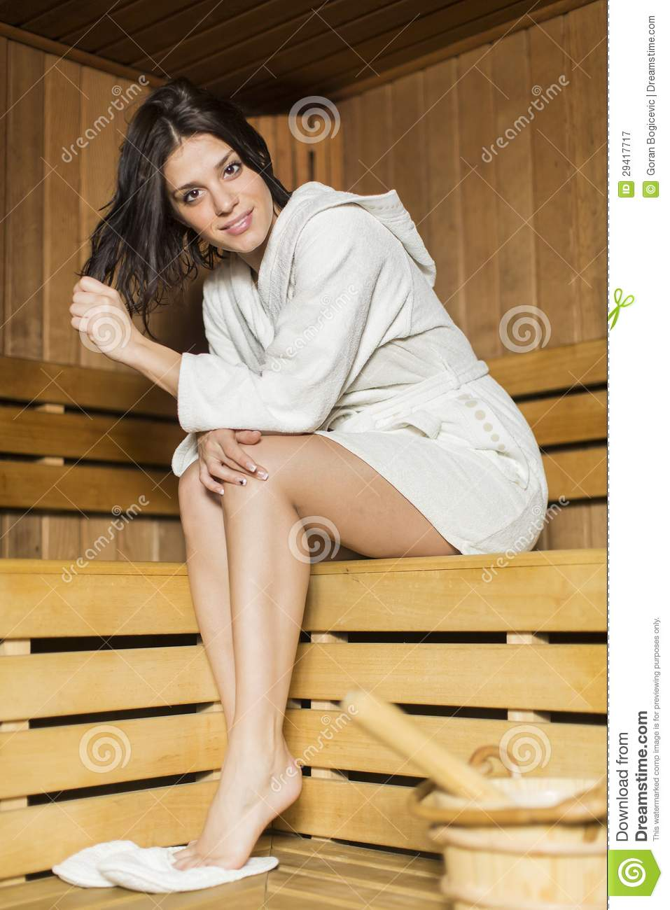 junge frau in der sauna lizenzfreie stockfotografie bild 29417717. Black Bedroom Furniture Sets. Home Design Ideas