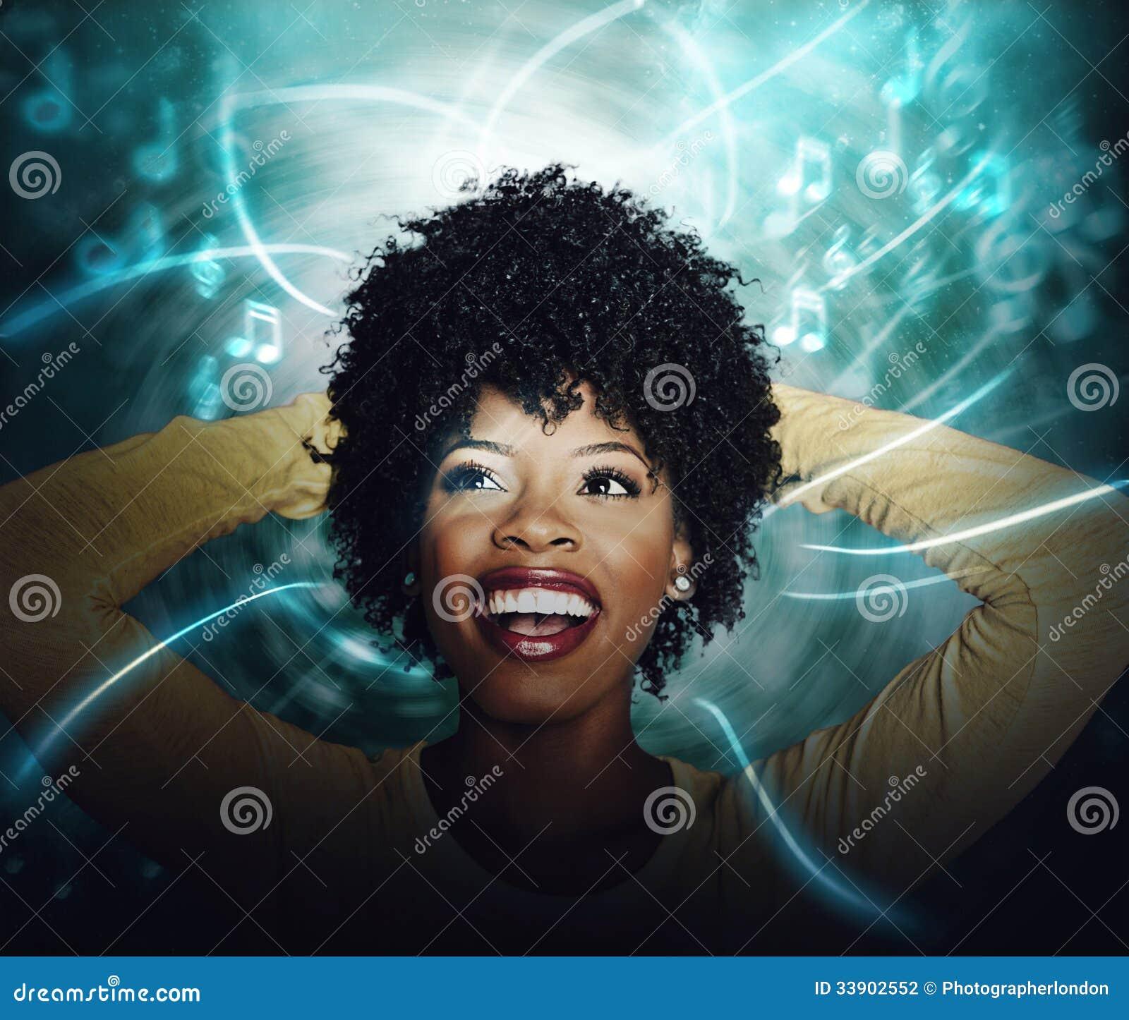 Junge Frau des schönen Afroamerikaners, die strömende on-line-Musik hört